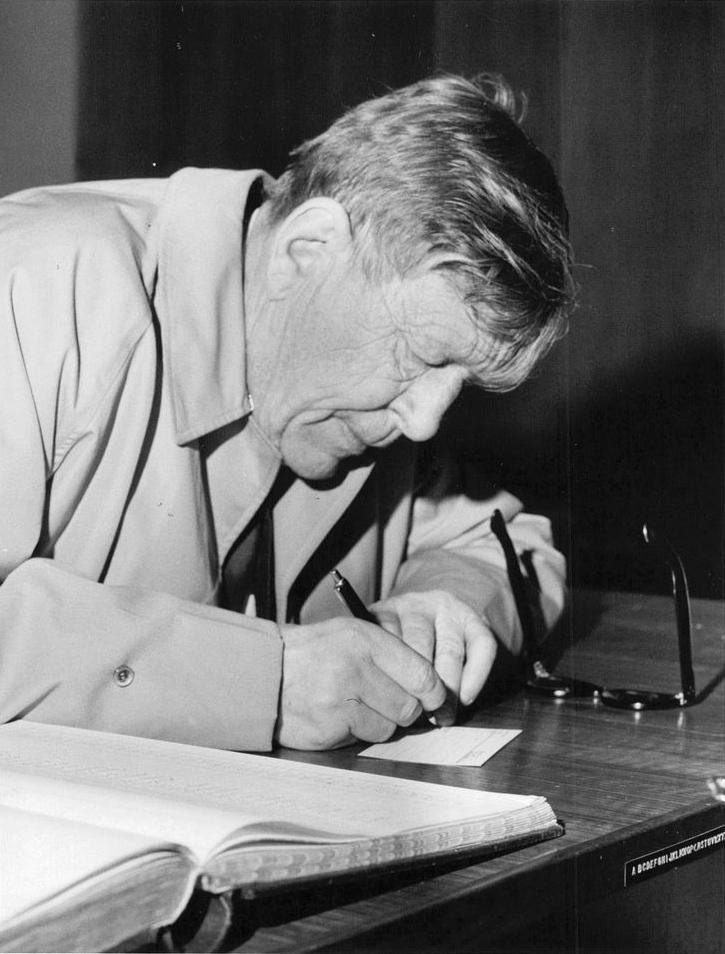 """W H Auden en 1964A finales de la década de 1950, el estilo de Auden se volvió menos retórico, mientras que su gama de estilos aumentó. En 1958, tras trasladar su residencia de verano de Italia a Austria, escribió """"Adiós al Mezzogiorno""""; otros poemas de este período incluyen """"Dichtung und Wahrheit: Un poema no escrito"""", un poema en prosa sobre la relación entre el amor y el lenguaje personal y poético, y el contraste """"Dame Kind"""", sobre el instinto reproductivo impersonal anónimo. Estos y otros poemas, incluidos sus poemas sobre la historia de 1955-66, aparecieron en Homage to Clio (1960). Su libro en prosa The Dyer's Hand (1962) reunió muchas de las conferencias que dio en Oxford como profesor de poesía en 1956-61, junto con versiones revisadas de ensayos y notas escritas desde mediados de la década de 1940."""