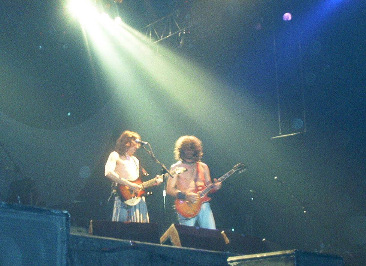 Extremoduro durante un concierto de la gira realizada en 2002.
