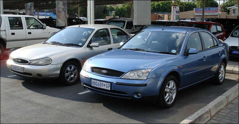 A 1999 Mk2 Mondeo alongside a (pre-2003 facelift) 2002 Mk3 Mondeo