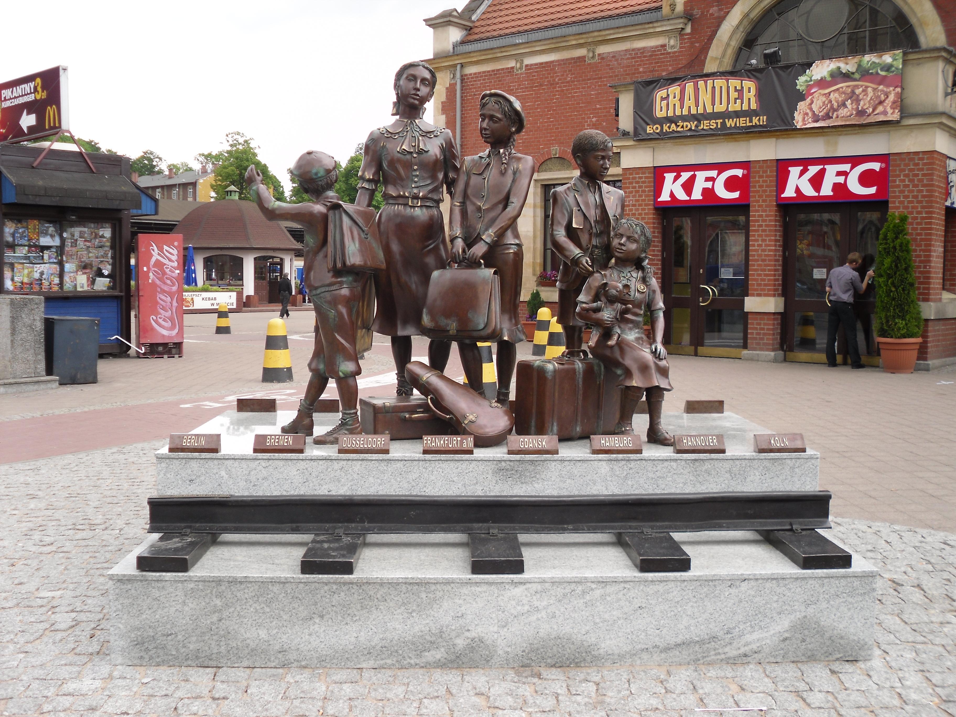 Pomnik w Gdańsku przedstawia pięcioro dzieci z walizkami, tornistrami i misiem stoi na peronie tuż przed odjazdem pociągu