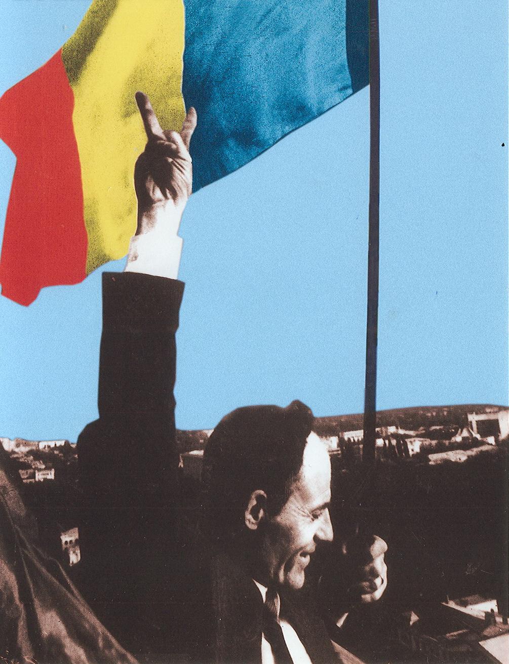 Gheorghe Ghimpu, Dissident und Mitbegründer der Volksfront Moldawiens, hisst die rumänische Flagge auf dem Parlamentsgebäude (27. April 1990)