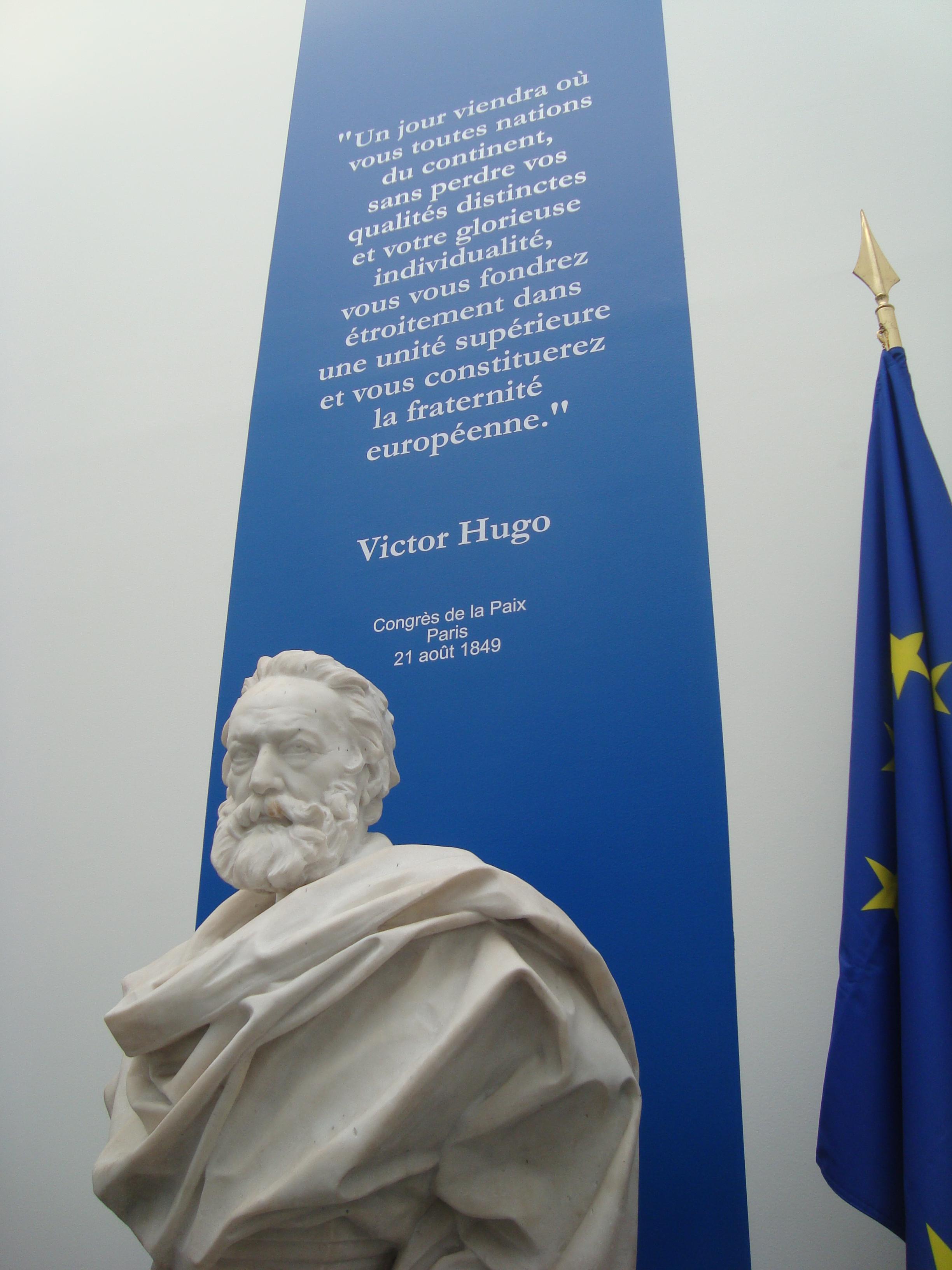 Busto de Hugo en la Asamblea Nacional francesa con un extracto de su discurso de 1849.