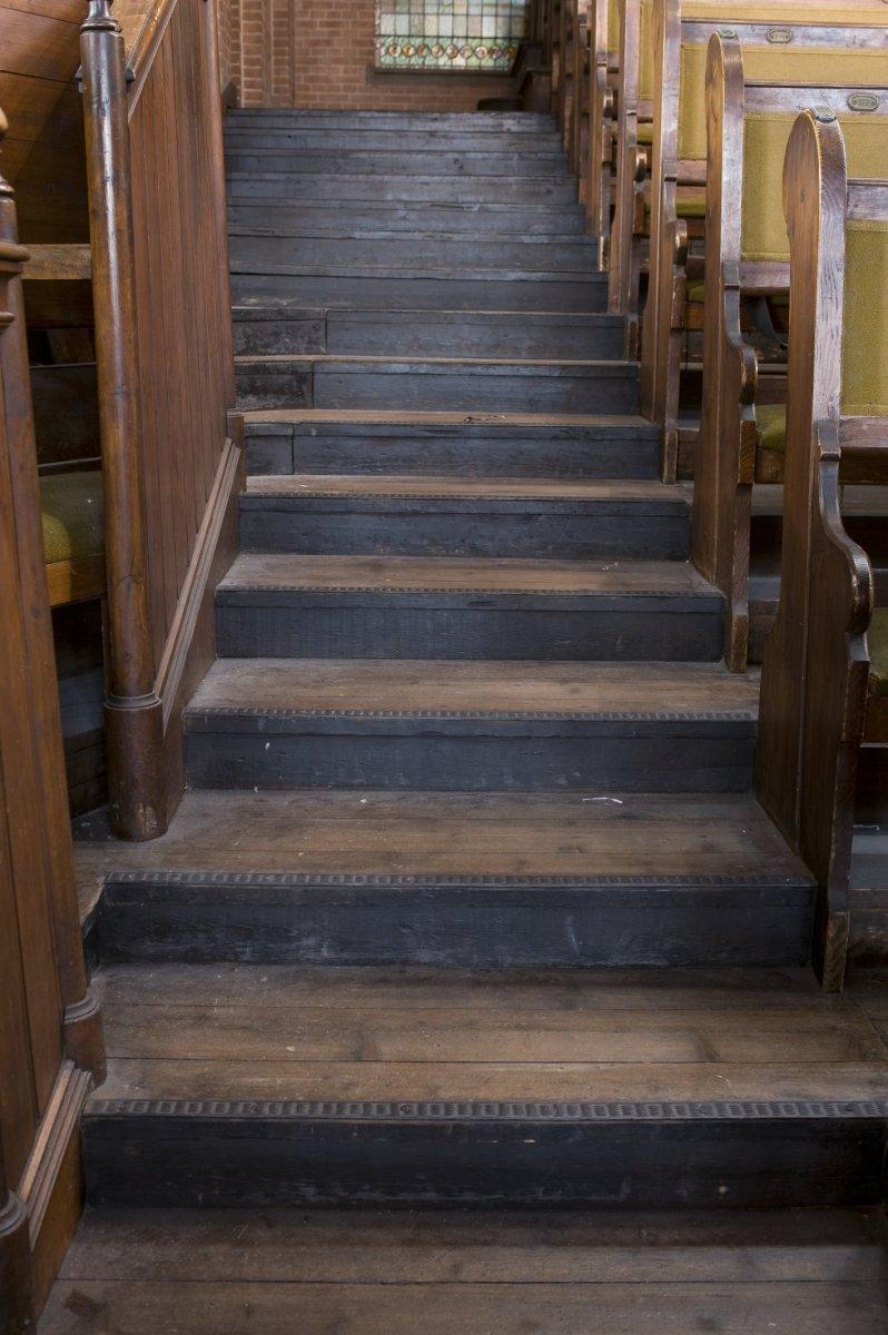 fileinterieur overzicht van de oude houten trap op het balkon rotterdam