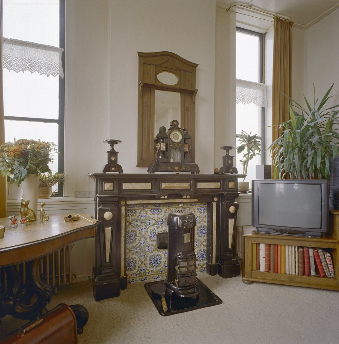 File interieur schouw met gietijzeren potkachel in de for Interieur woonkamer