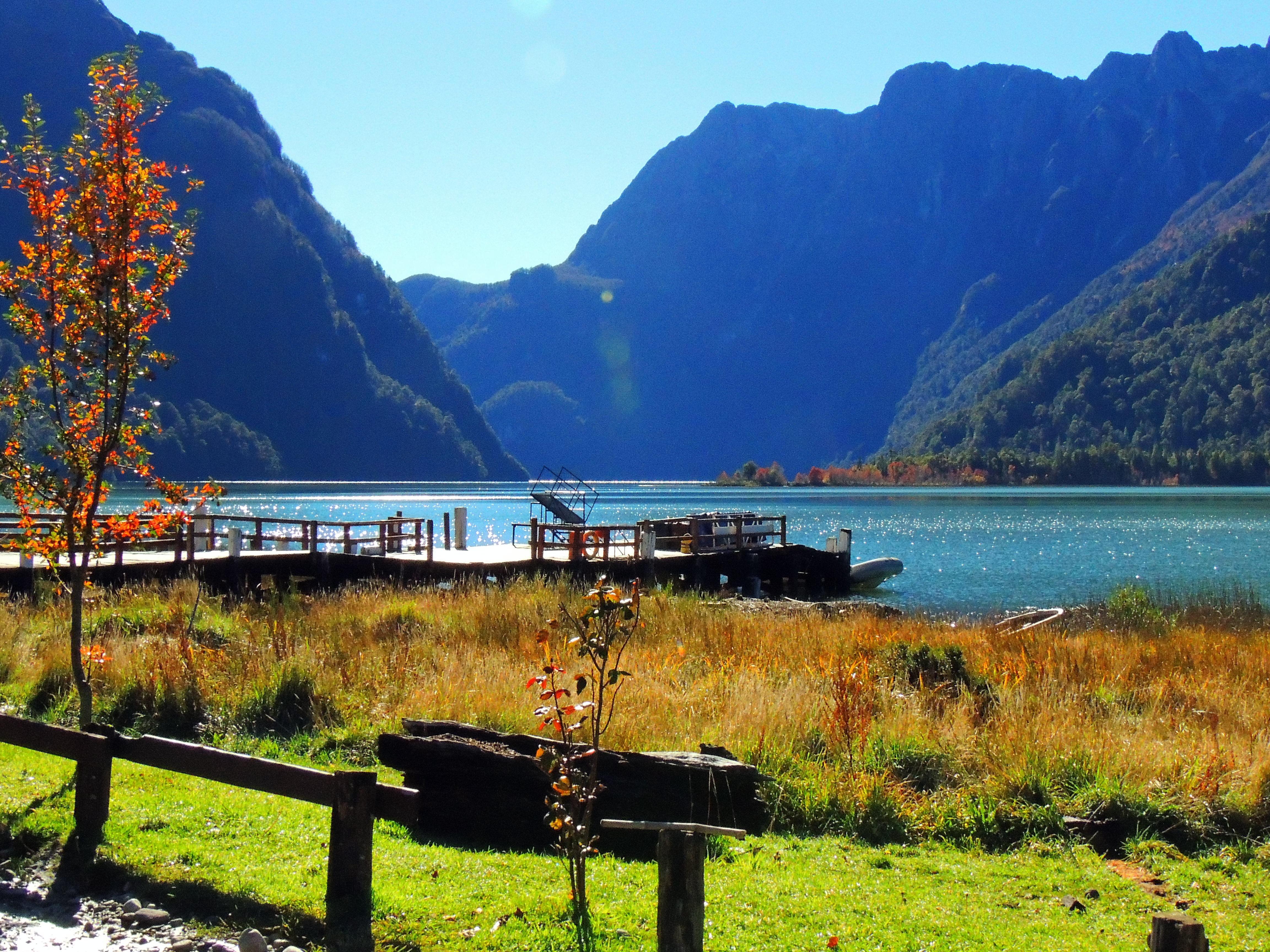 «Lago Frías, Argentina» por Vivi Gualhanone - Flickr: Lago Frías, Argentina (Maio/2014). Disponible bajo la licencia CC BY 2.0 vía Wikimedia Commons.