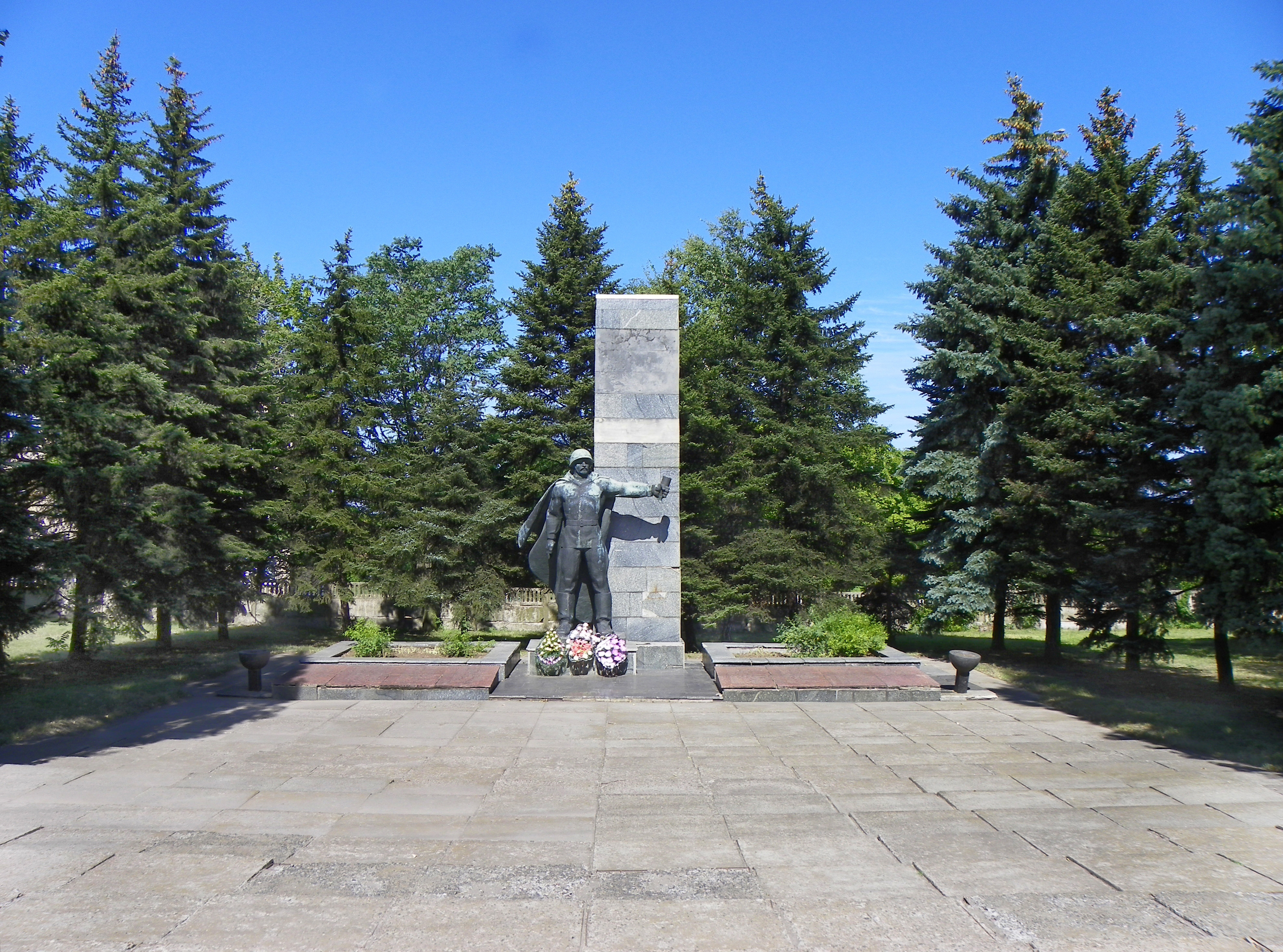 File:Mass grave of Soviet soldiers of the Southern Front in