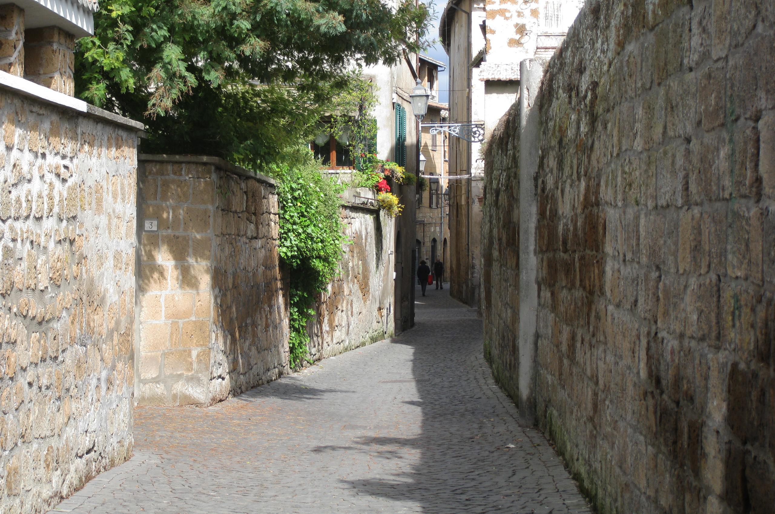 File:Orvieto cobblestone street.jpg