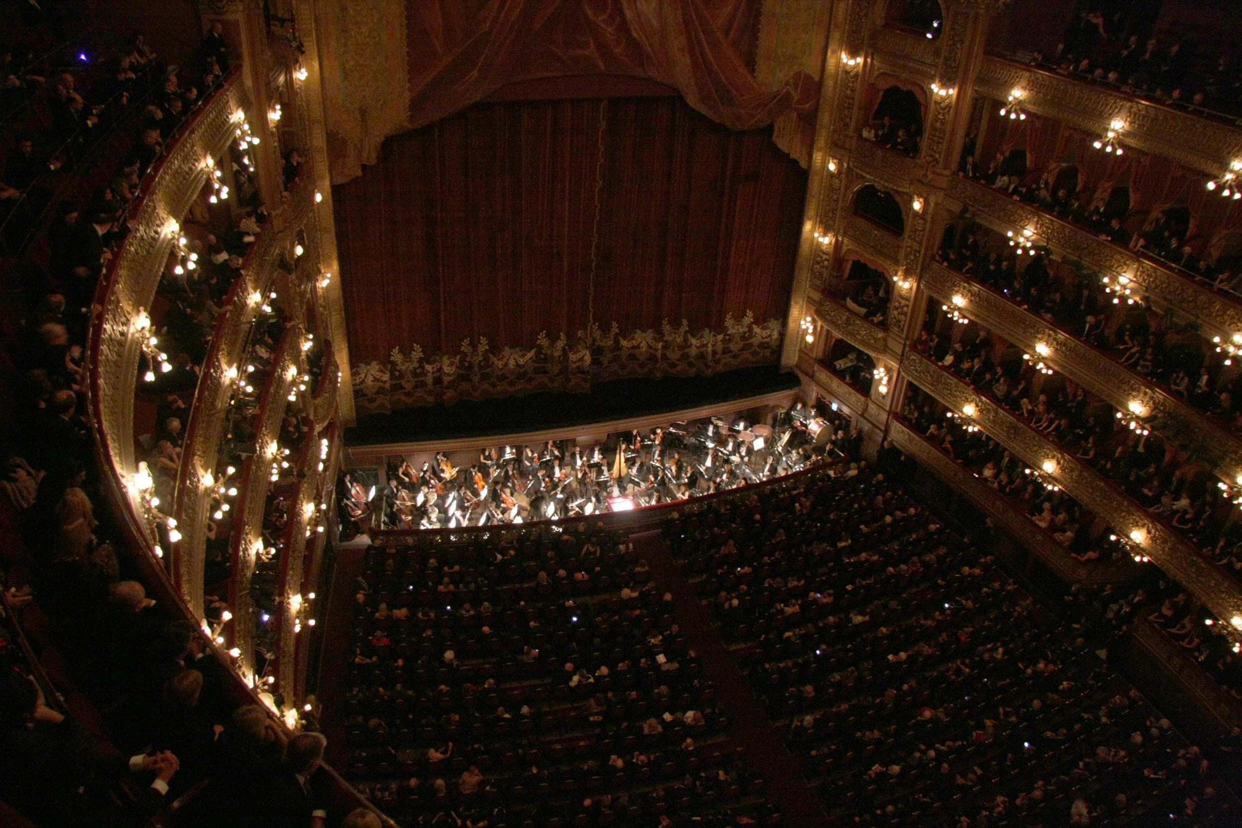 Mariano Mores fue la figura principal, durante el peronismo, de la apertura del Teatro Colón a la música popular. Su milonga «Taquito militar», estrenada en el Colón en 1952, quedó como emblema del vínculo entre música popular y música «culta».