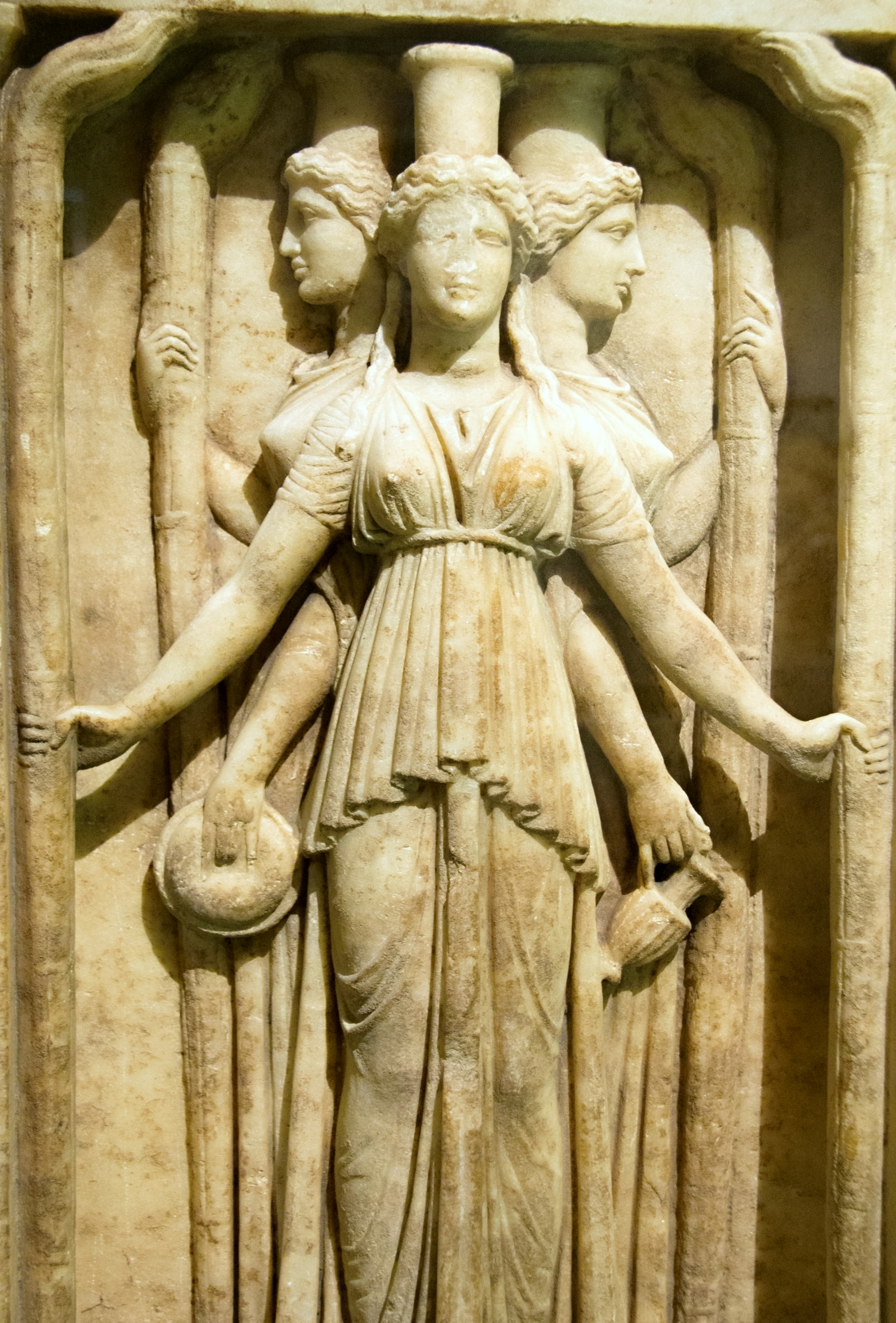 https://upload.wikimedia.org/wikipedia/commons/5/51/Relief_triplicate_Hekate_marble,_Hadrian_clasicism,_Prague_Kinsky,_NM-H10_4742,_140997.jpg