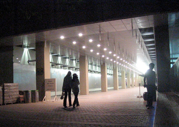 Archivo:SNU library night.jpg