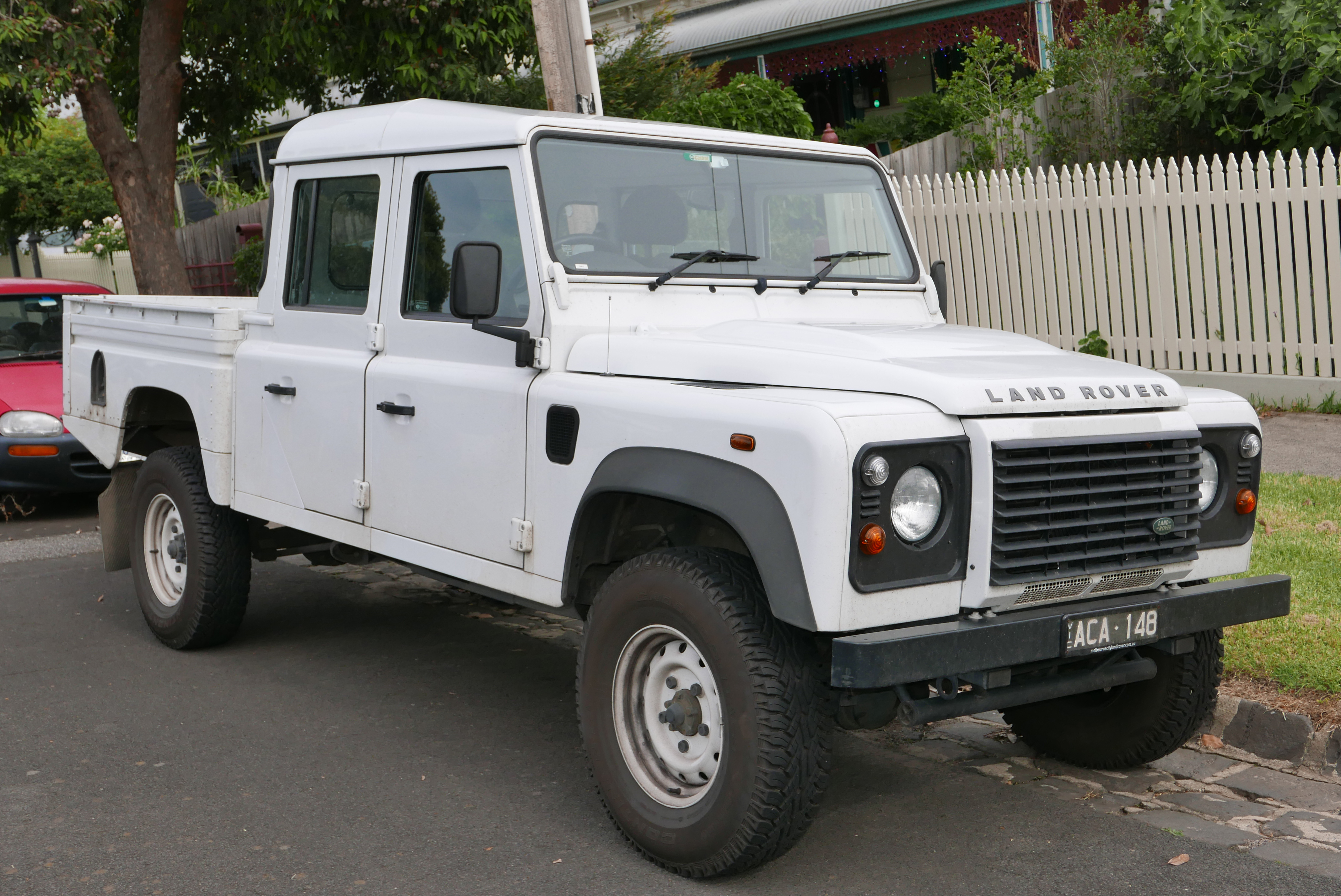 https://upload.wikimedia.org/wikipedia/commons/5/52/2013_Land_Rover_Defender_%28L316_MY13%29_130_4-door_utility_%282015-11-11%29_01.jpg