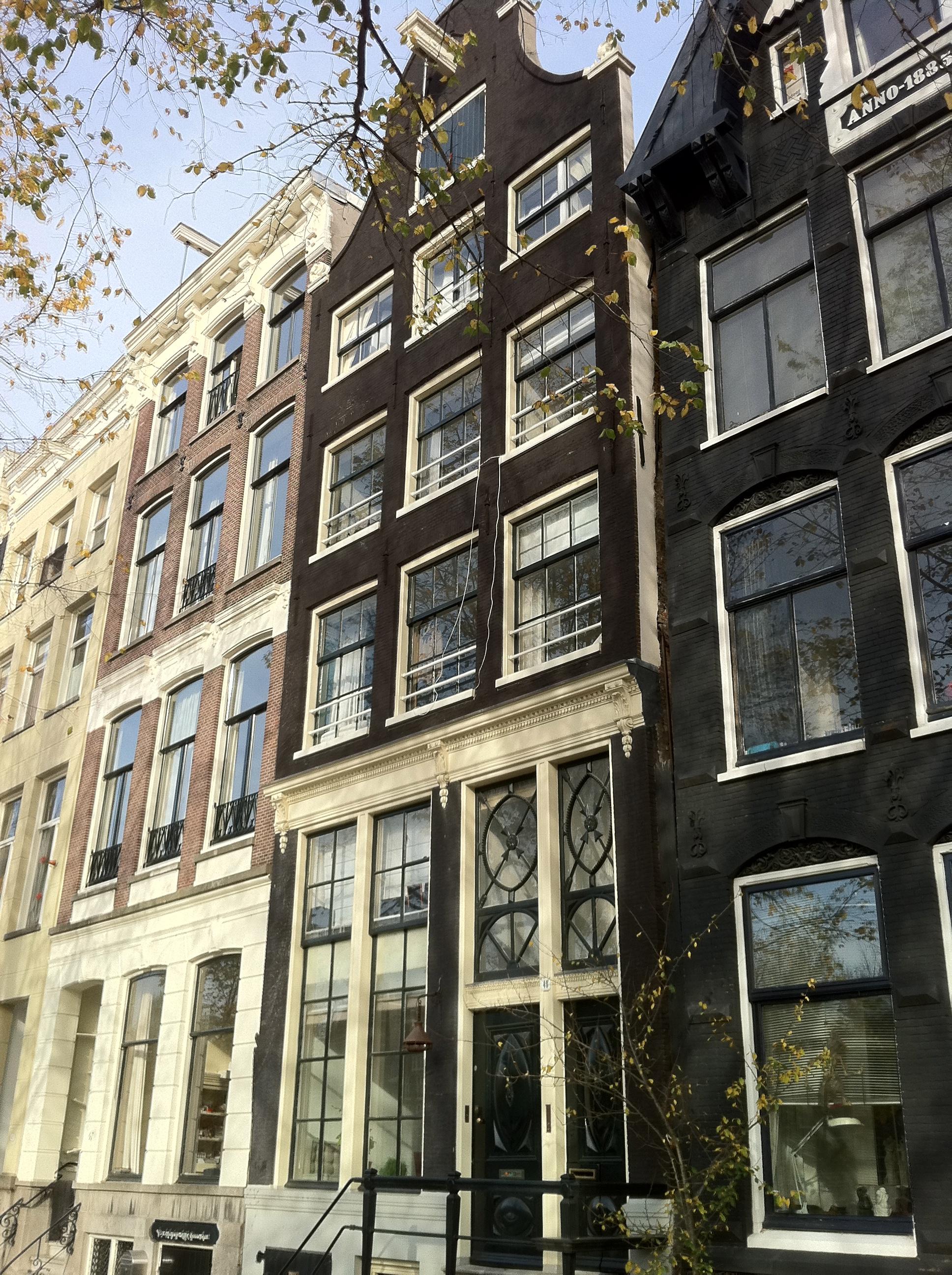 Huis met gevel onder latere ingezwenkte hals met rollagen in amsterdam monument - Huis gevel ...