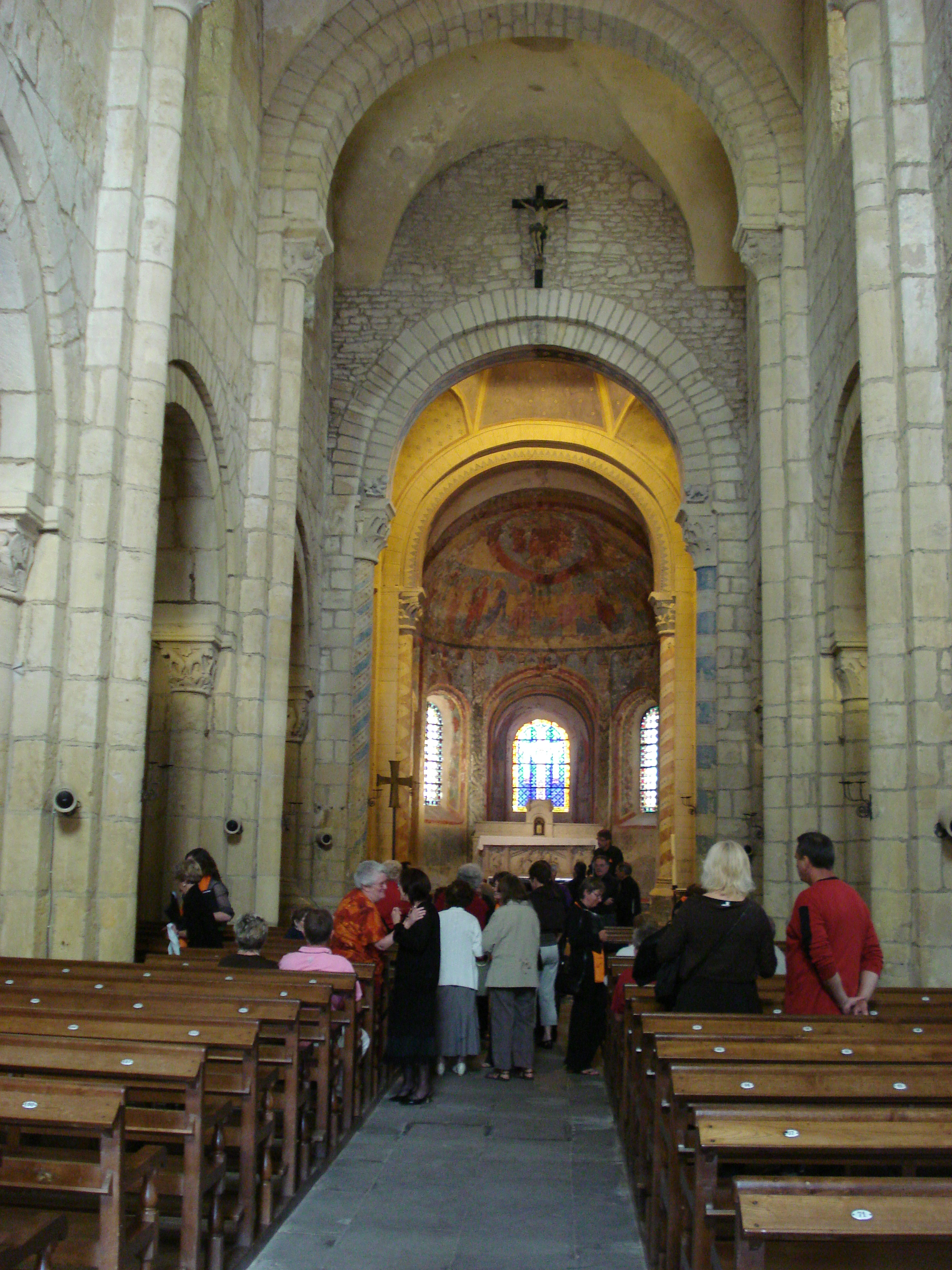 File anzy le duc glise int rieur jpg wikimedia commons for Interieur eglise