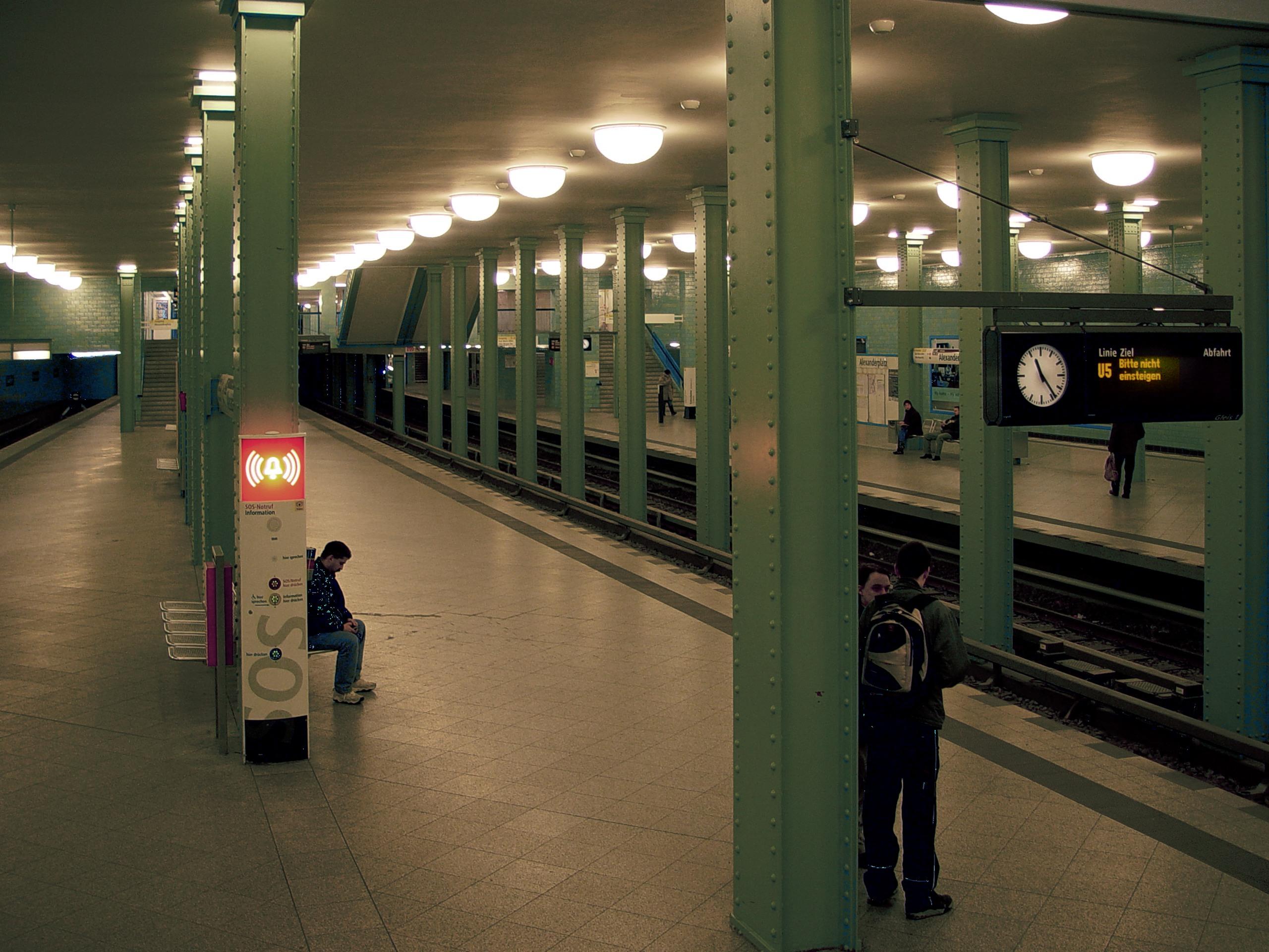 Berlin Alexanderplatz U5 platforms.jpg