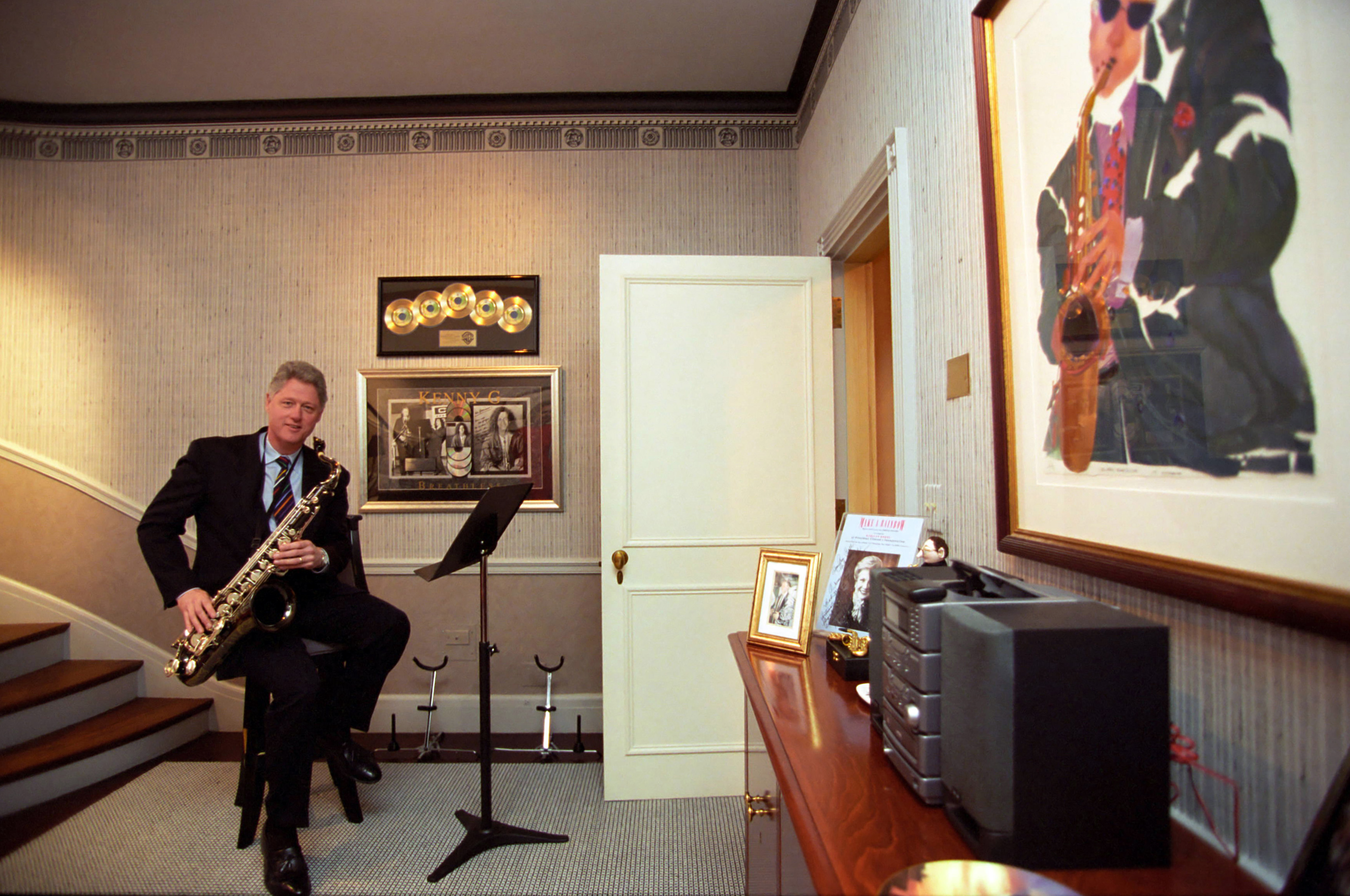 File Bill Clinton In The White House Music Room Jpg Wikimedia Commons
