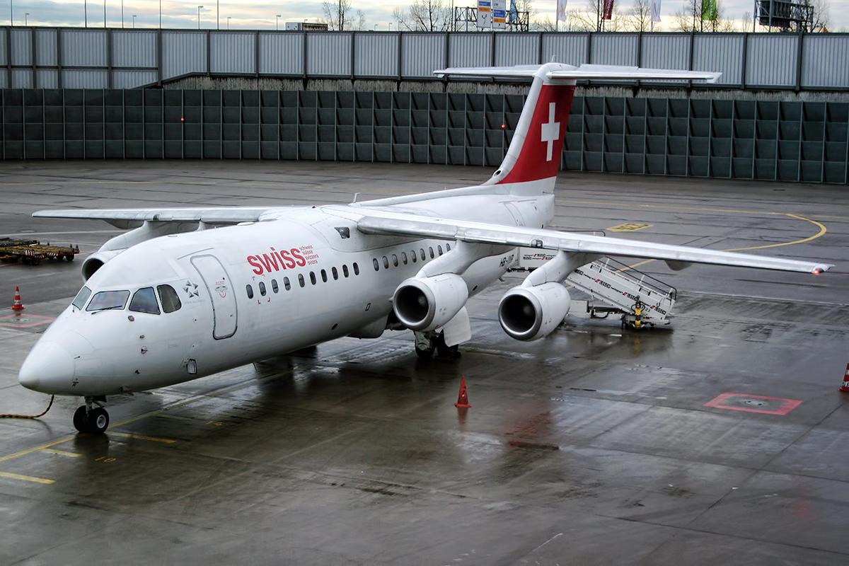 British_Aerospace_Avro_RJ100_Swiss_Airli