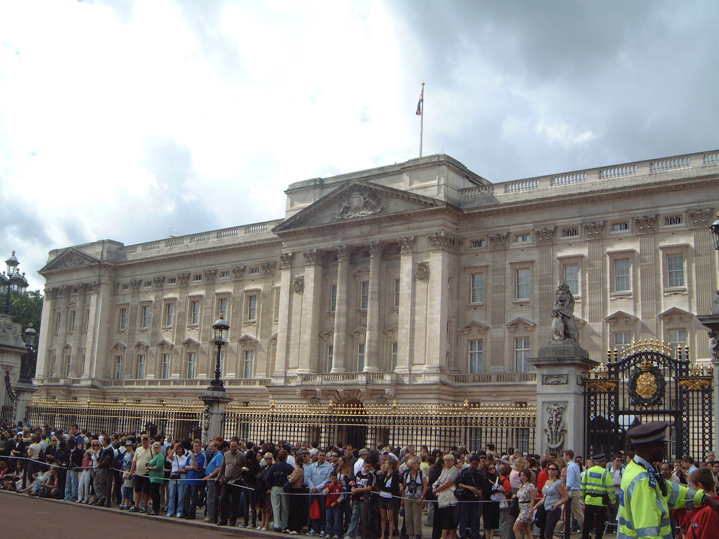 File Buckingham Palace Residence Of Queen Elizabeth Panoramio Jpg