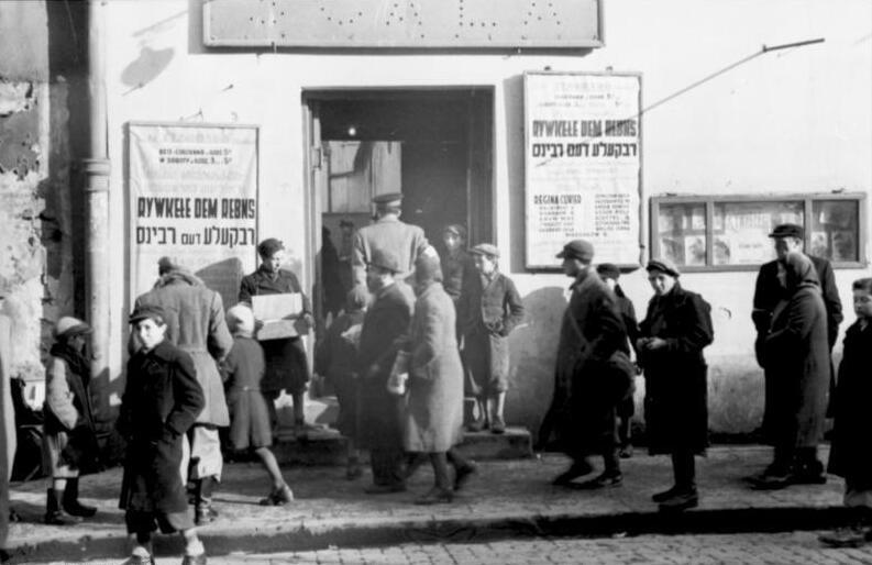 https://upload.wikimedia.org/wikipedia/commons/5/52/Bundesarchiv_Bild_101I-134-0771A-22%2C_Polen%2C_Ghetto_Warschau%2C_Theater.jpg