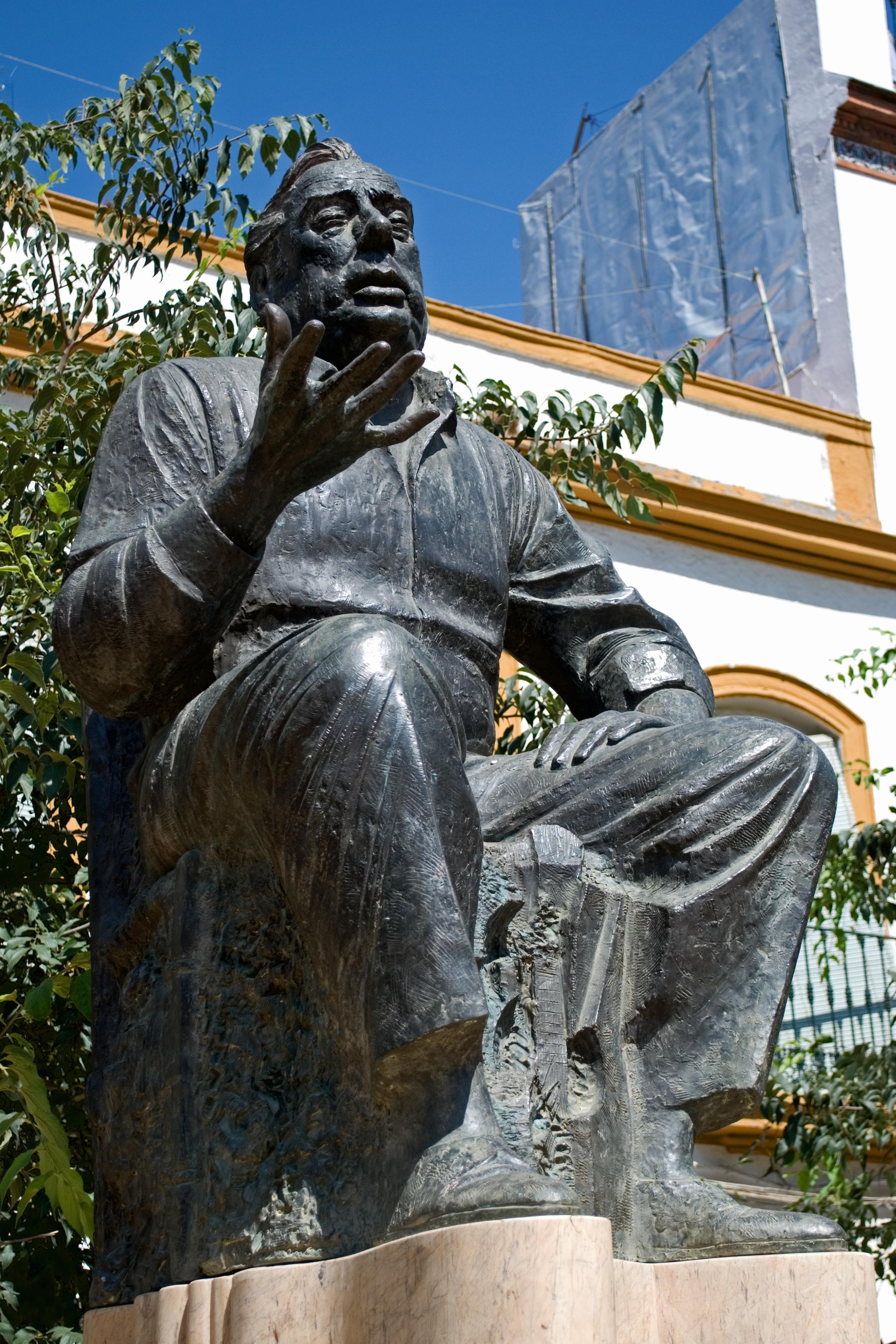 Estatua en bronce, de Manolo Caracol en la Alameda de Hércules de Sevilla, realizada en 1990 por Sebastián Santos Calero.