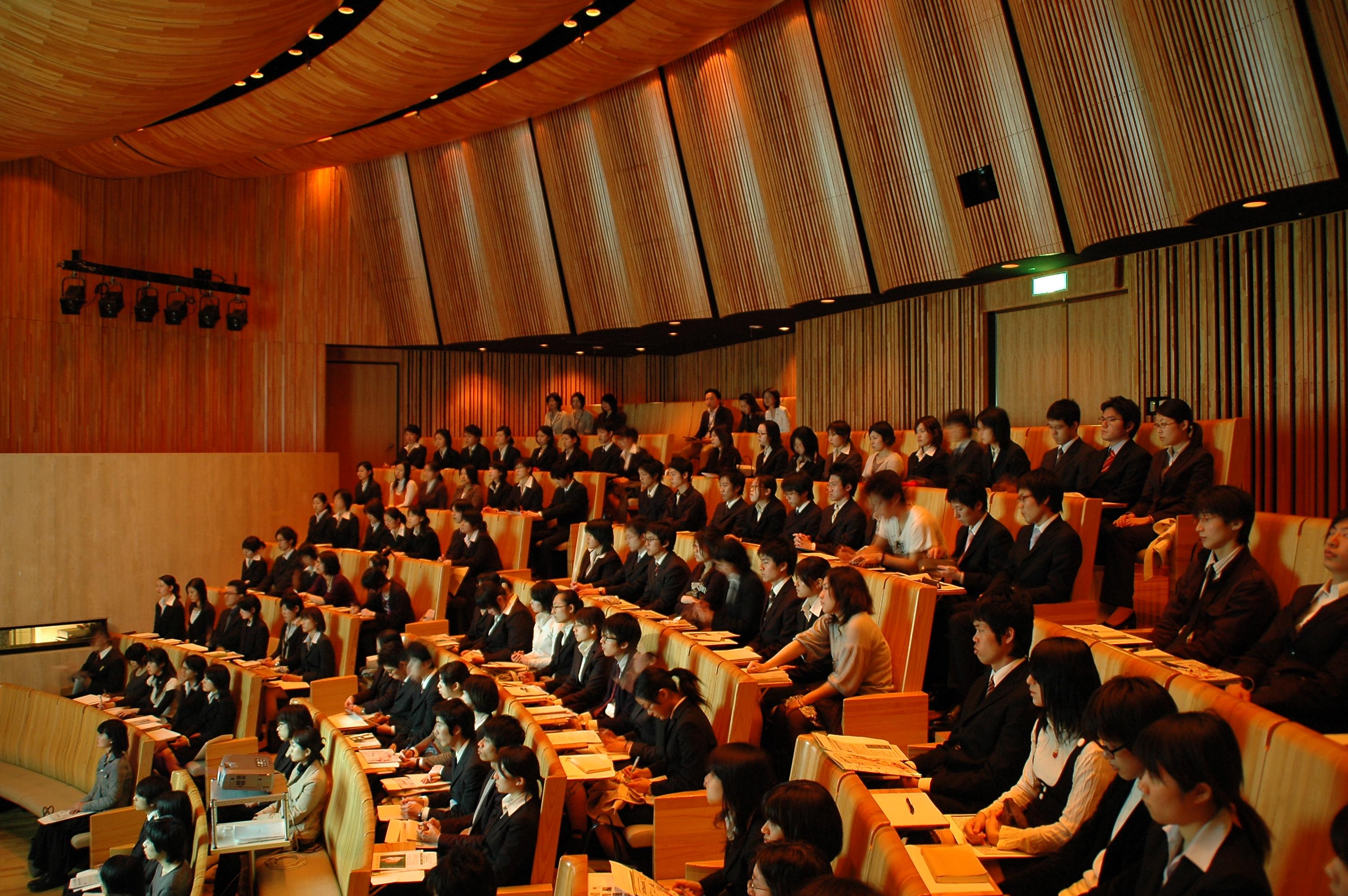 Nhật Bản trong tôi,Hoạt động tìm kiếm việc làm,hoạt động tìm kiếm việc làm (Shu-katsu) của sinh viên mới tốt nghiệp tại Nhật Bản,tiếp cận nhiều nhân lực cùng một lúc,Giảm chi phí đào tạo,Tồn tại những nhân tài bị mất cơ hội không thể ứng tuyển,Hoạt động tuyển dụng thay đổi dựa vào biến động kinh tế,Không thể làm lại,Ảnh hưởng xấu đến thành tích học tập,Hoạt động tìm việc trong thời gian gần đây ở Nhật Bản,
