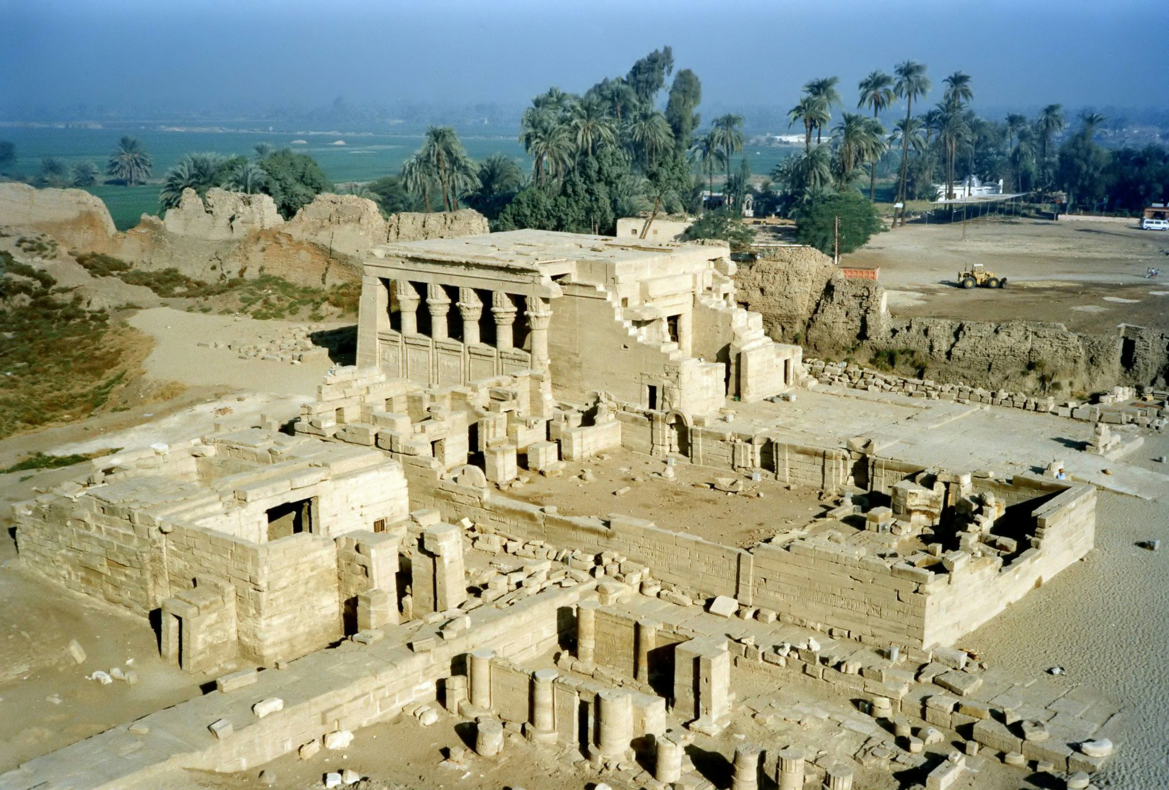http://upload.wikimedia.org/wikipedia/commons/5/52/Dendera_Temple.jpg