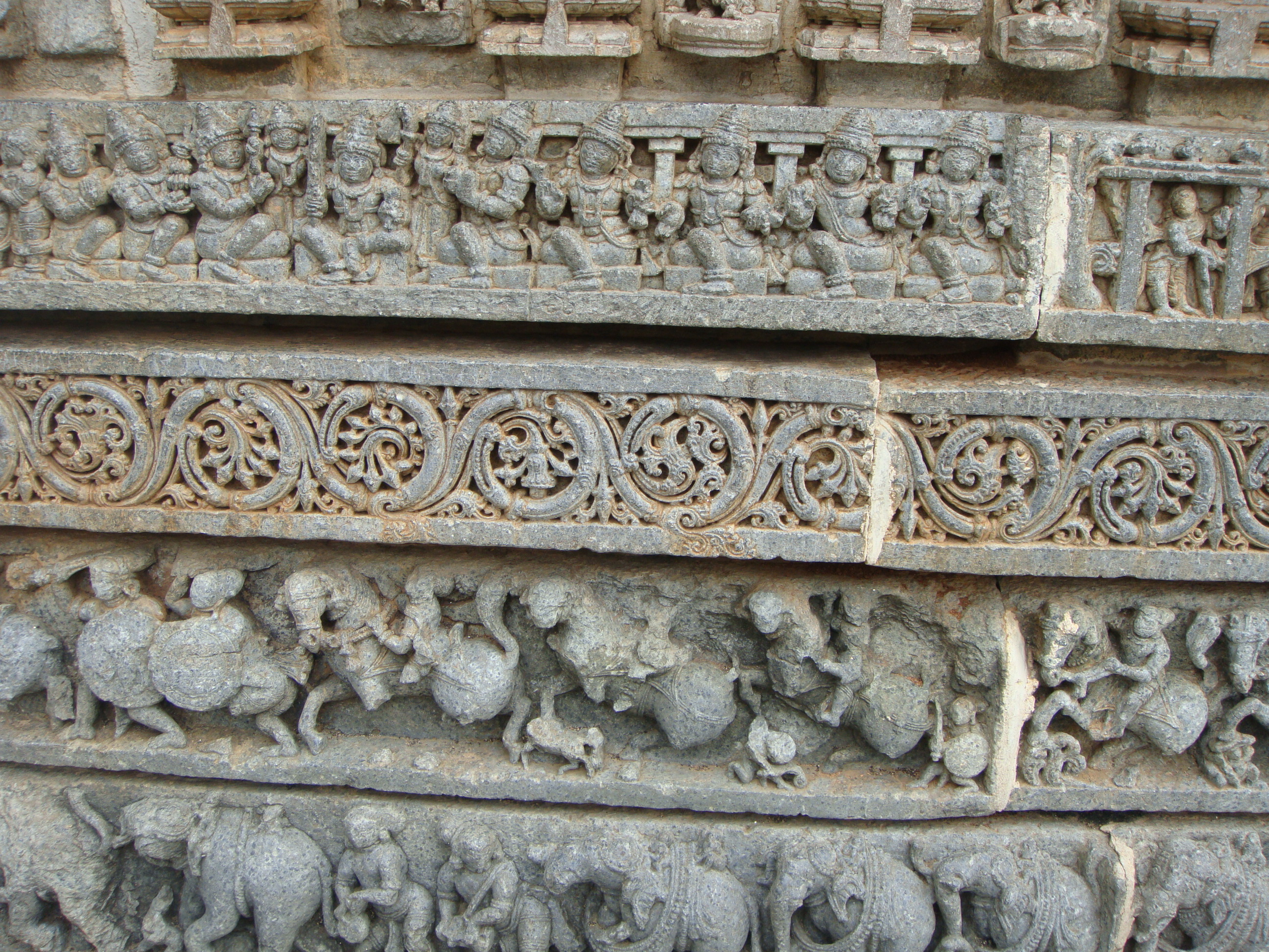 File:Frieze patterns in relief at the Keshava temple 3.jpg - Wikimedia ...