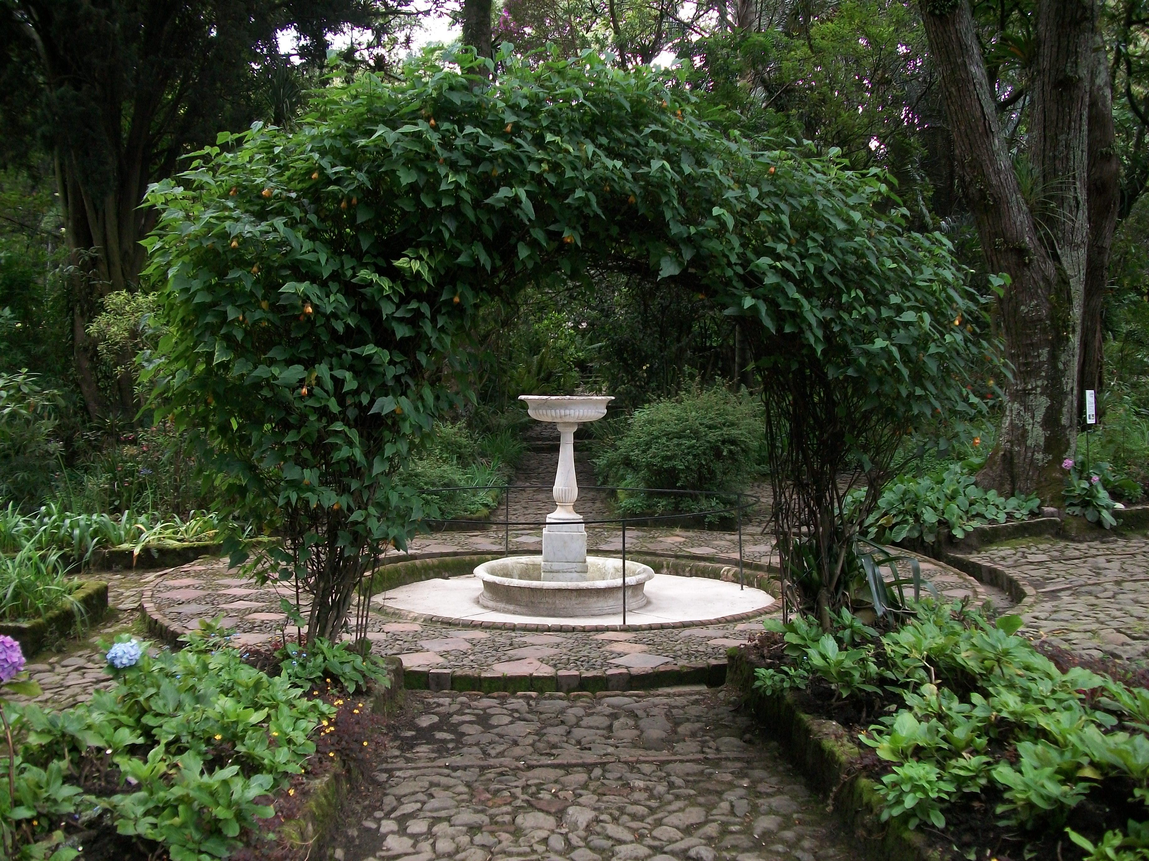 File:Fuente en el jardín de la Quinta de Bolívar.JPG ...
