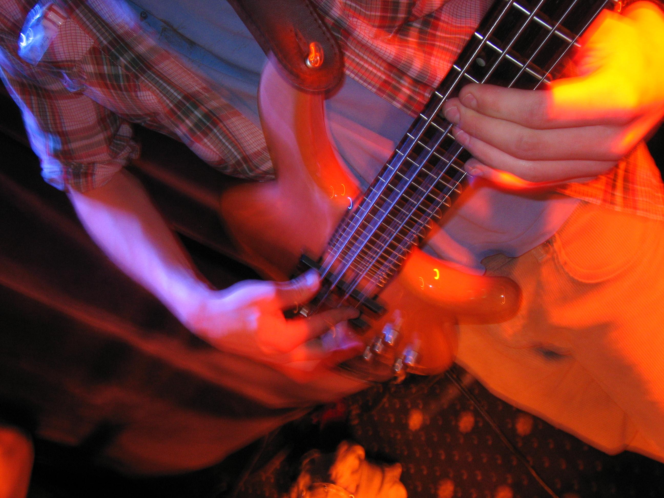 File:Gig bass.jpg - Wi...