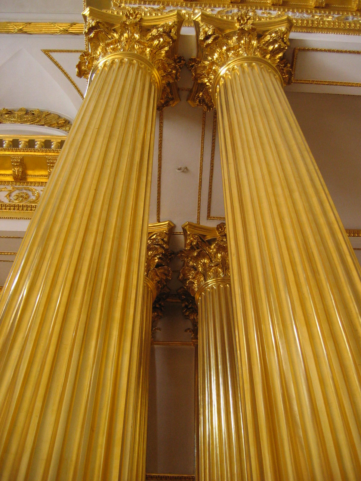file gold pillars in armorial hall     wikimedia commons
