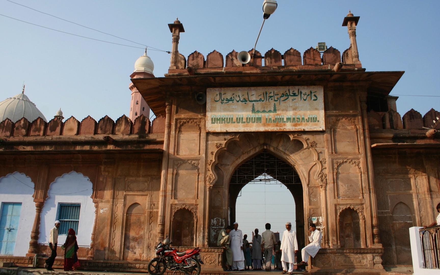 File:Hijab girls at Moti masjid Bhopal Madhya Pradesh India.jpg - Wikimedia  Commons