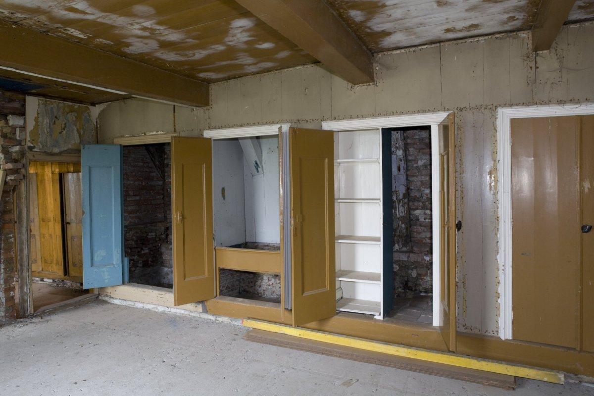 File interieur open kastenwand in de woonkamer van het voorhuis tijdens restauratie nansum - Interieur woonkamer ...