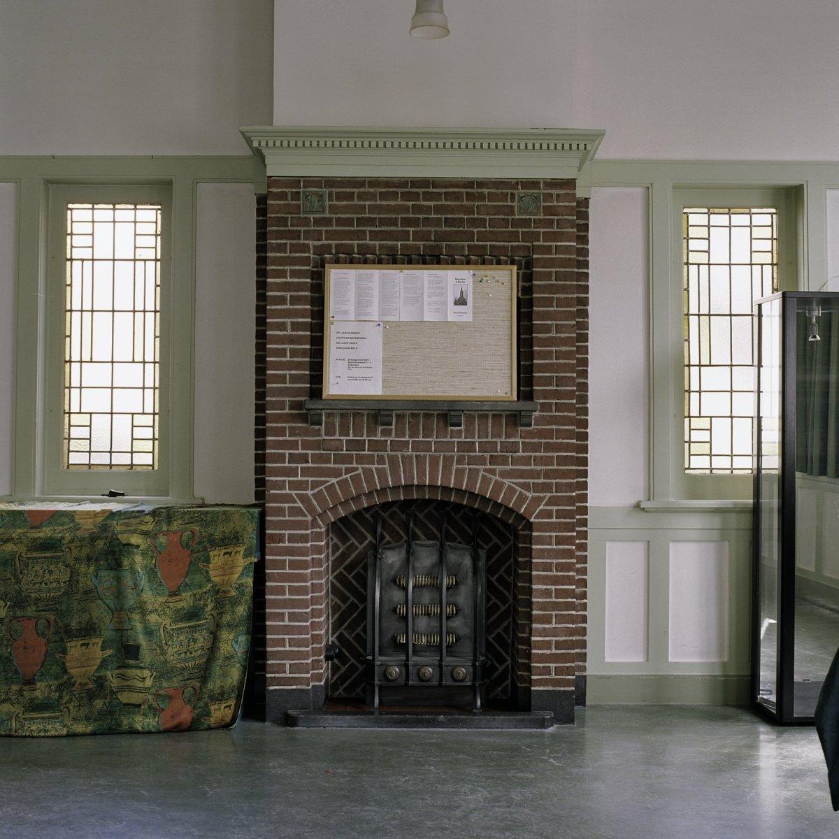 File interieur overzicht van de wand met de kachel in de for Interieur ontwerpers
