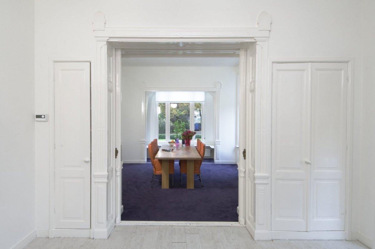 Schuifdeuren Voor Kastenwand.Bestand Interieur Voor En Achterkamer Zijn Gekoppeld Door Een