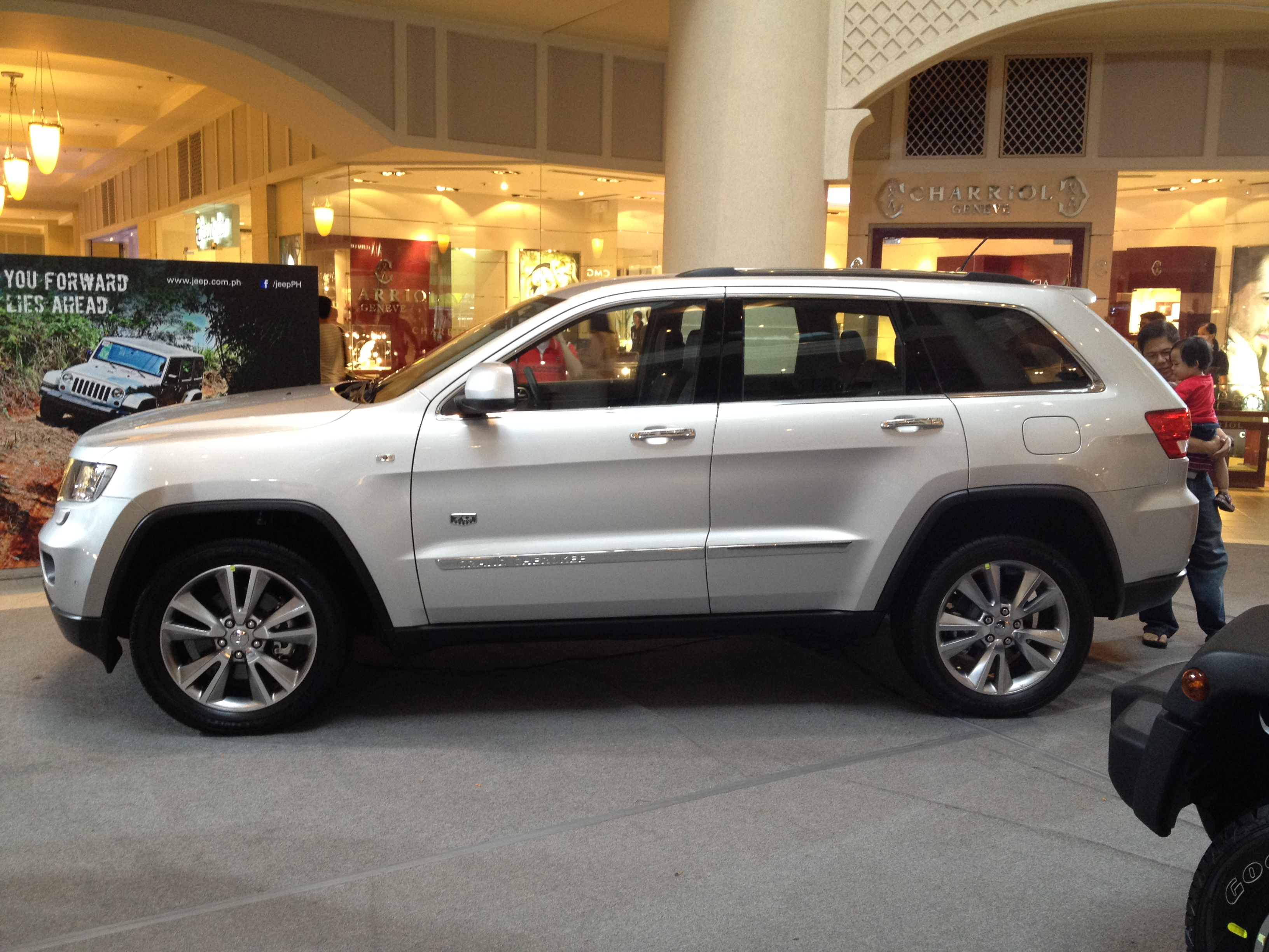 File:Jeep Grand Cherokee Display.JPG