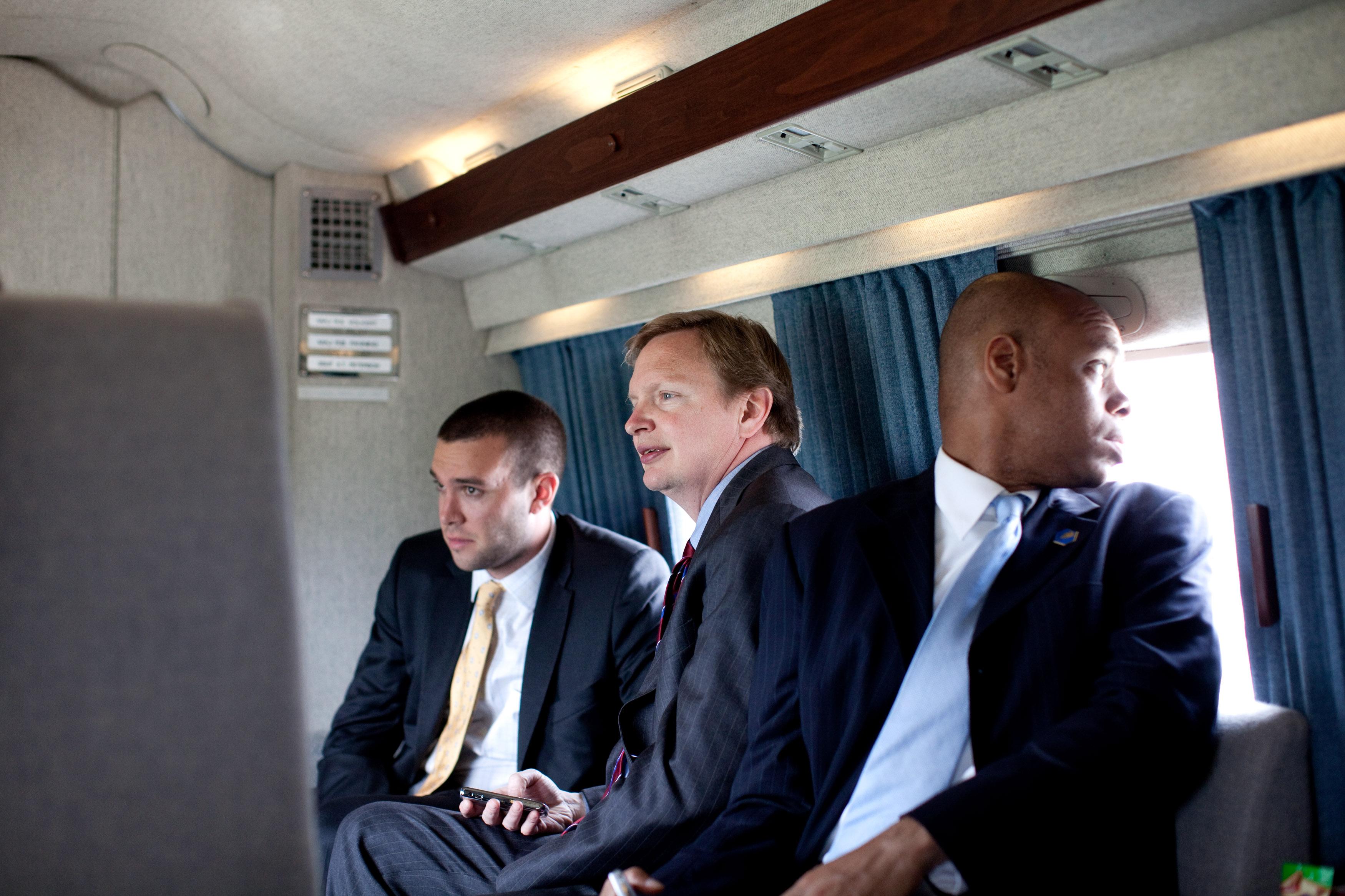 et le directeur des affaires politiques Patrick Gaspard (à droite), 3 membres de l'administration Obama, dans Marine One, retournant à Washington D.C