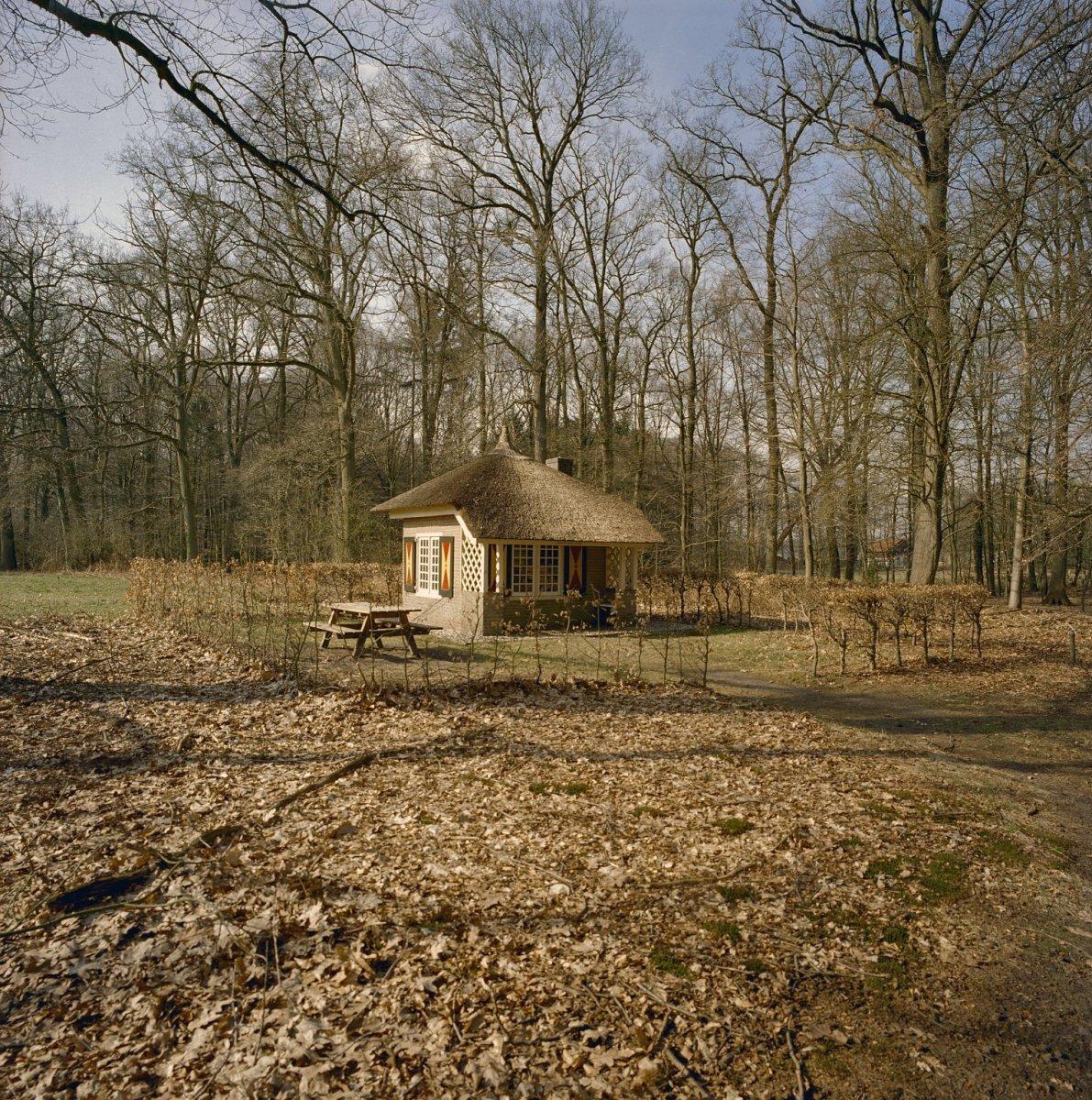 File klein stenen huisje met rieten dak in de tuin 39 grootvaders huisje 39 vorden 20330294 for Tuin decoratie met stenen