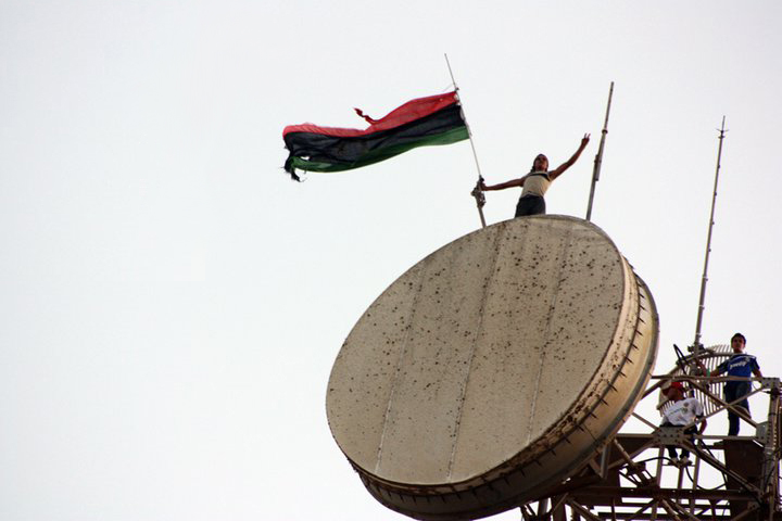 Libyan flag above the communications tower in Al Bayda (Libya, 2011-07-17).jpg