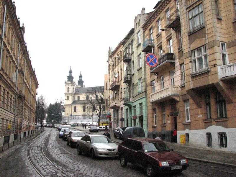 Початок вулиці Степана Бандери. Вдалині видно костел святої Марії Магдалини