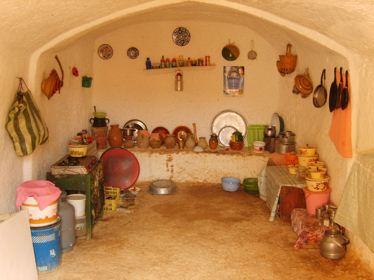 http://upload.wikimedia.org/wikipedia/commons/5/52/Matmata_Berber_kitchen.jpg