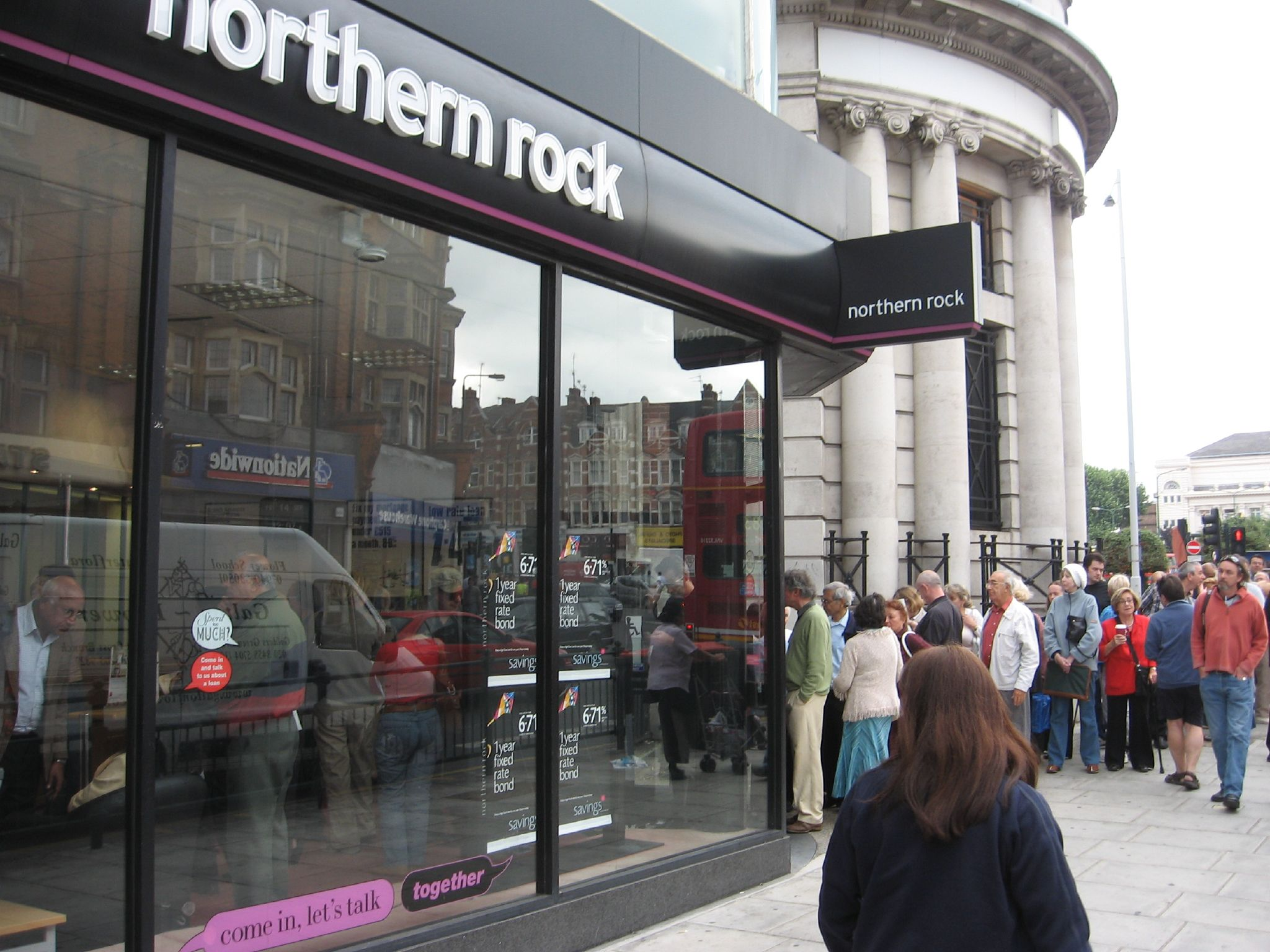 https://upload.wikimedia.org/wikipedia/commons/5/52/Northern_Rock_Customers%2C_September_14%2C_2007.jpg