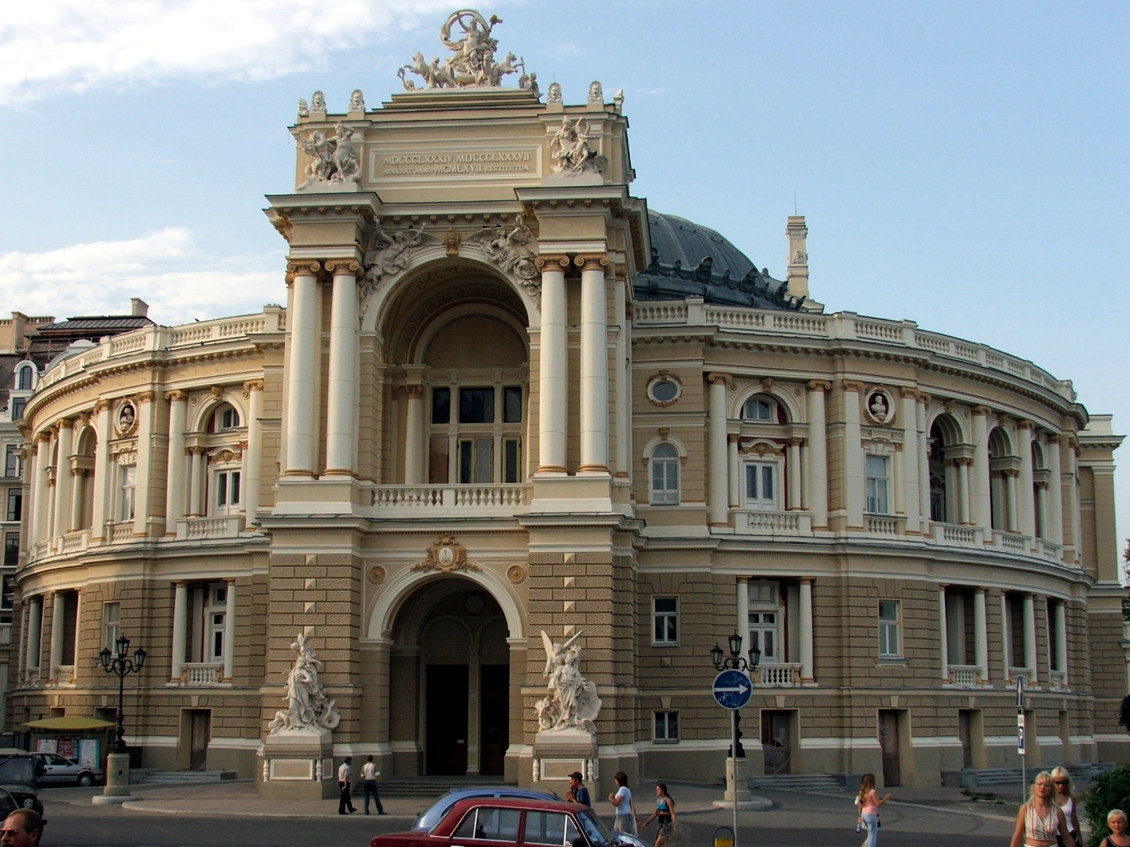 http://upload.wikimedia.org/wikipedia/commons/5/52/Odessa_theatre.jpg