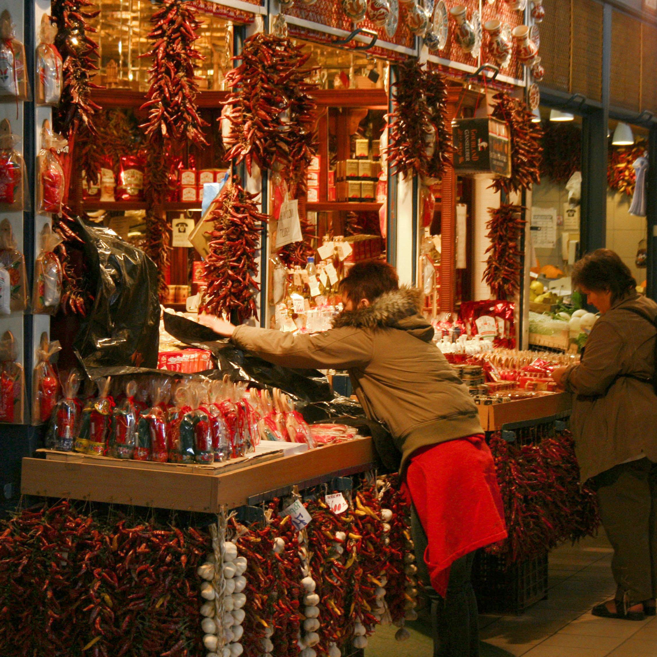 paprika-vendor-budapest-big-hall