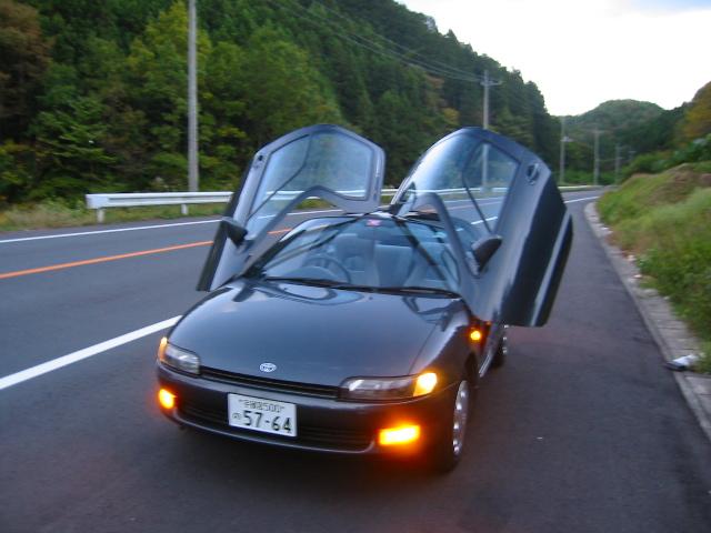 Toyota Sera mit geöffneten Türen