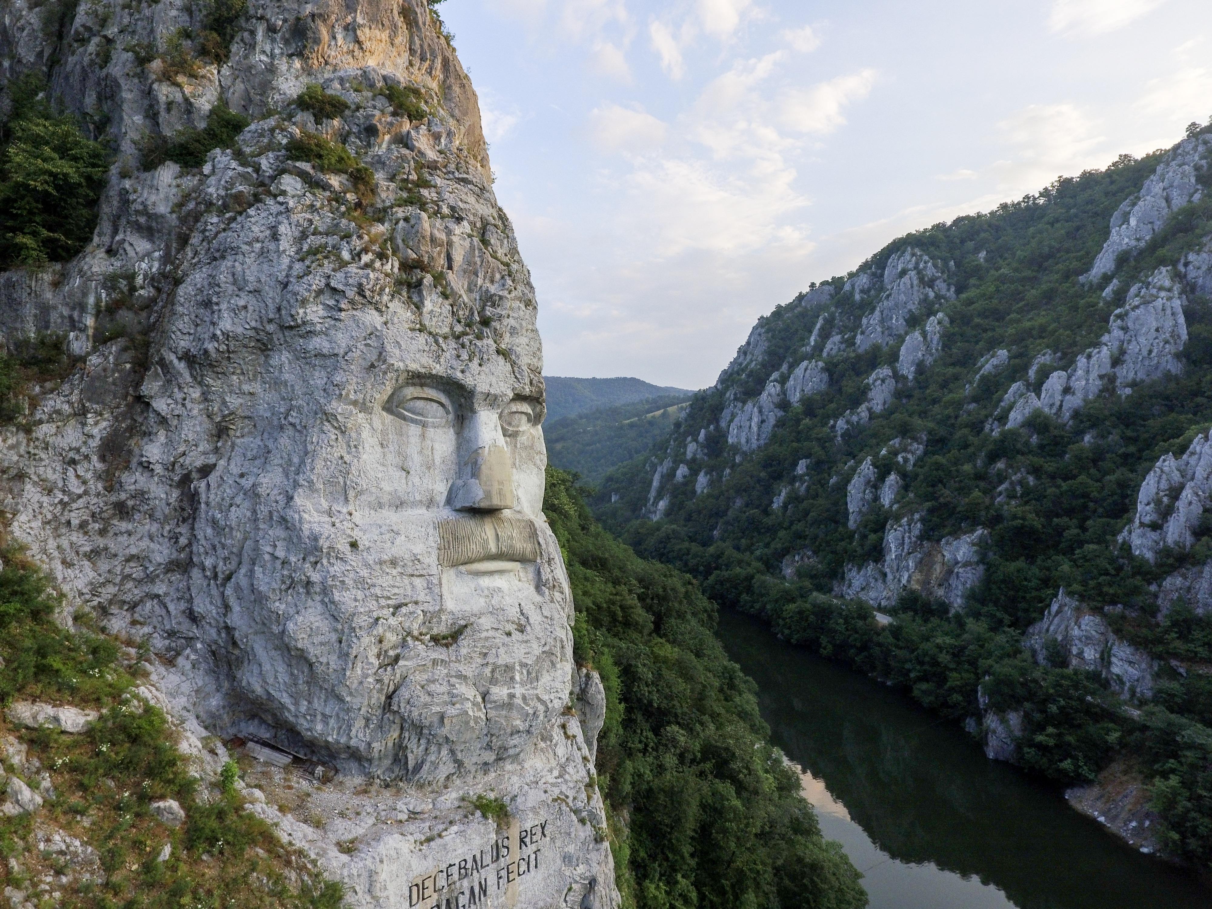Fișier:Statuia Chipul lui Decebal - Cazanele Dunării, România.jpg ...