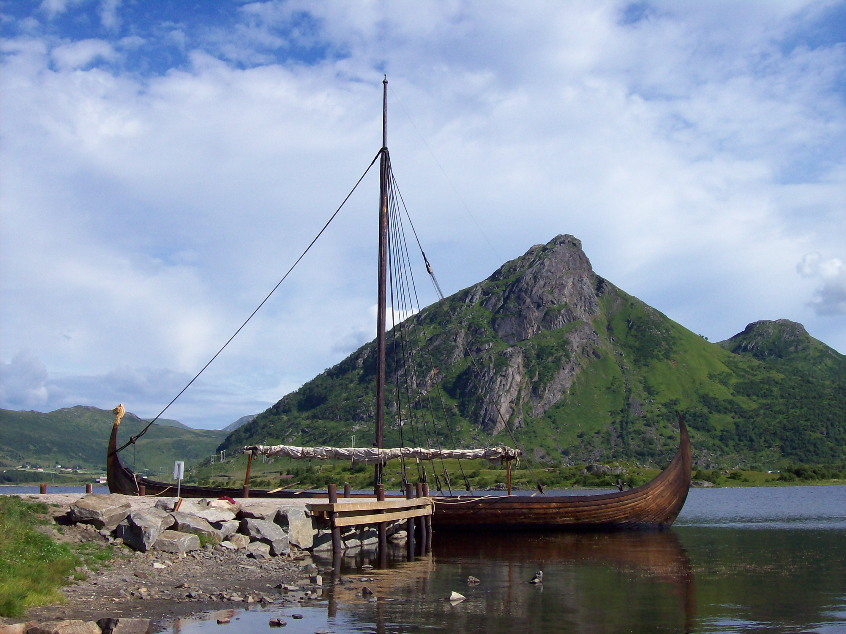 Viking longboat -Viking museum - panoramio. Photograph by Paul Berzinn [CC BY-SA 3.0 (https://creativecommons.org/licenses/by-sa/3.0)] Image resized.