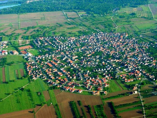eine ''Luftaufnahme'' von Wyhl am Kaiserstuhl