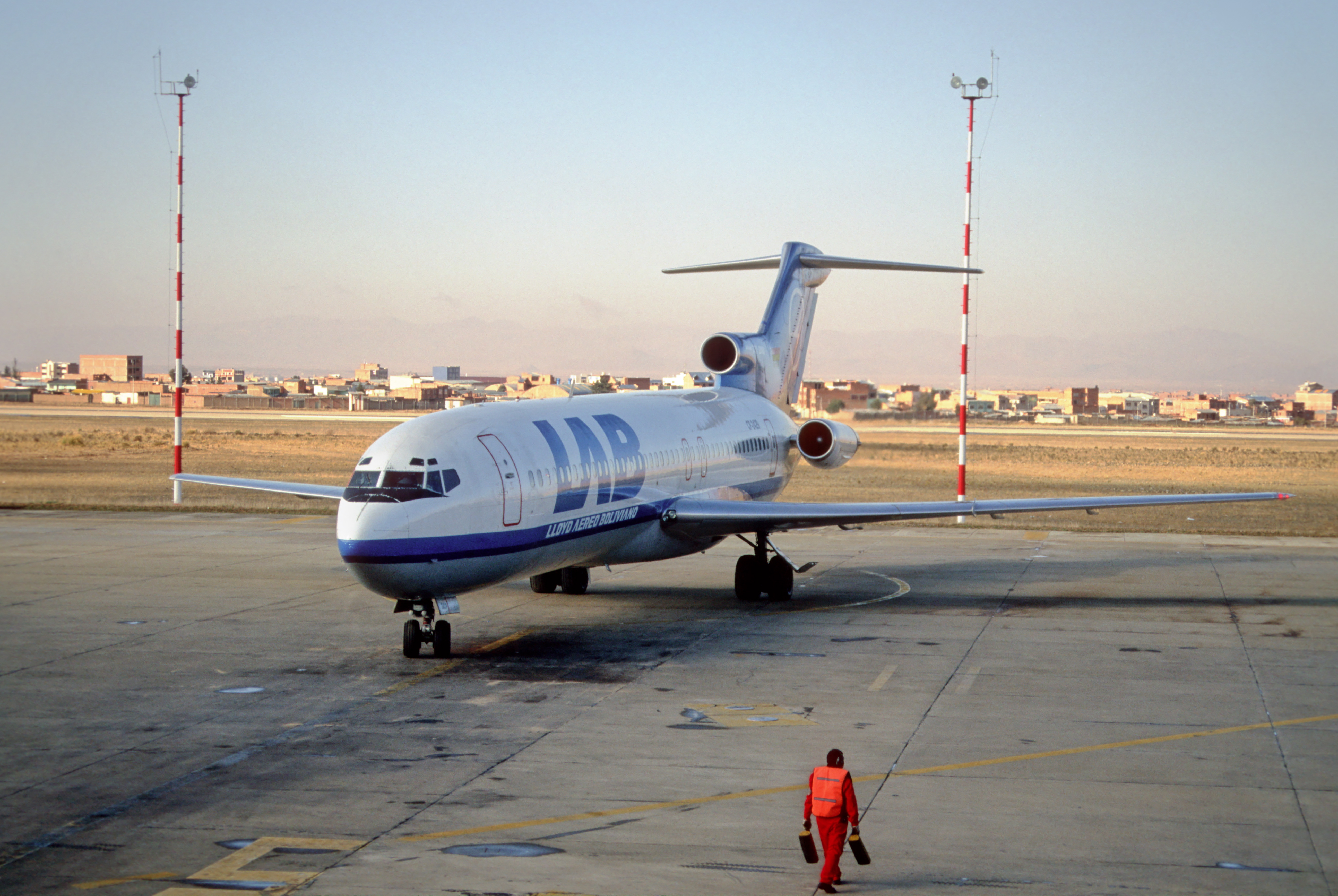 File:325am - LAB Boeing 727; [email protected];02.10.