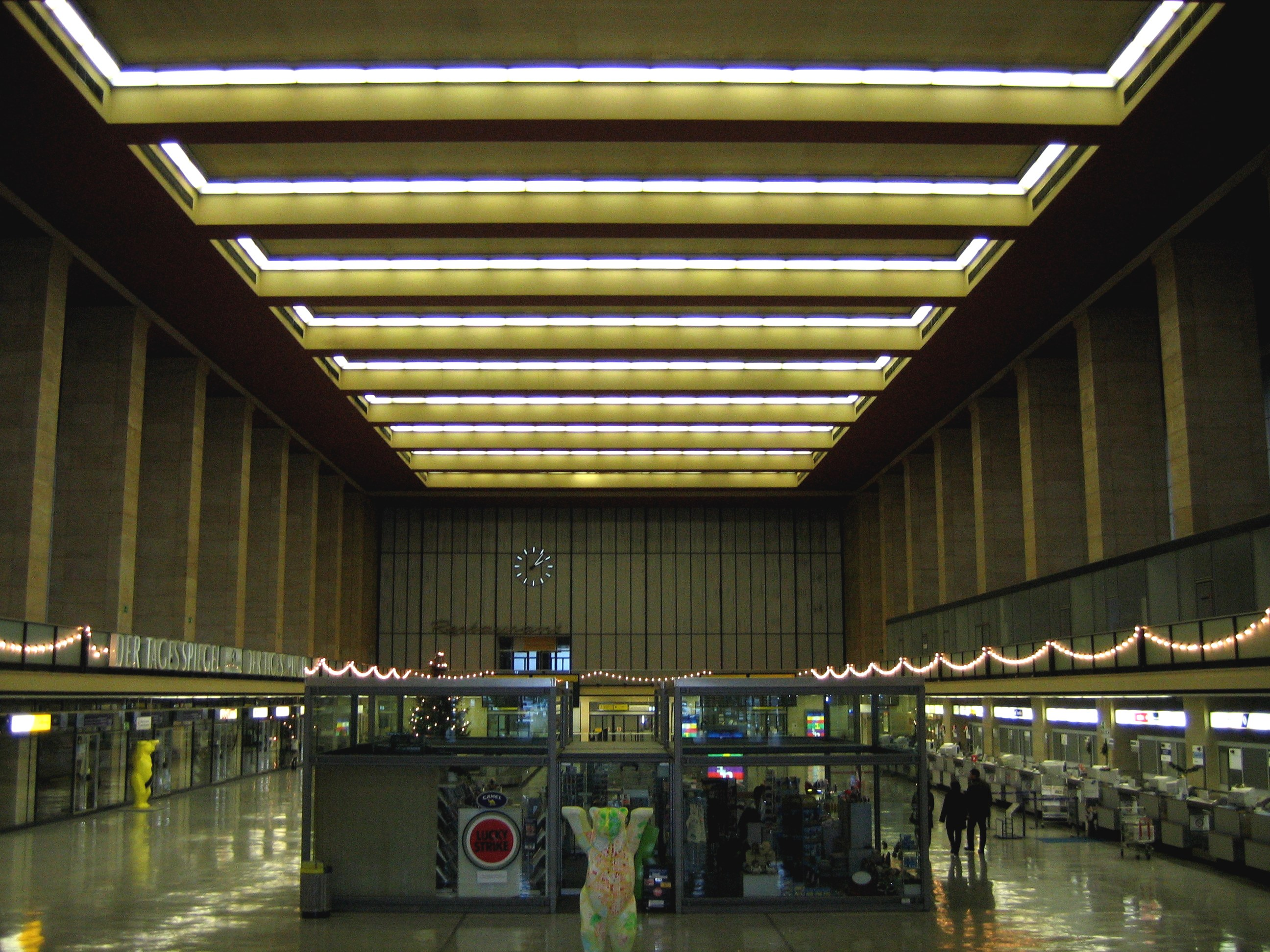 http://upload.wikimedia.org/wikipedia/commons/5/53/Airport_Berlin_Tempelhof_Inside.jpg