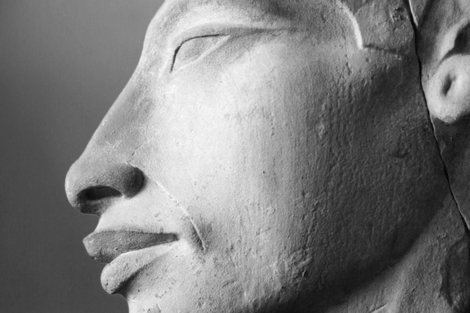 Detalle de una estatua de Ajenatón. Museo de El Cairo. Imagen de Wikimedia Commons.