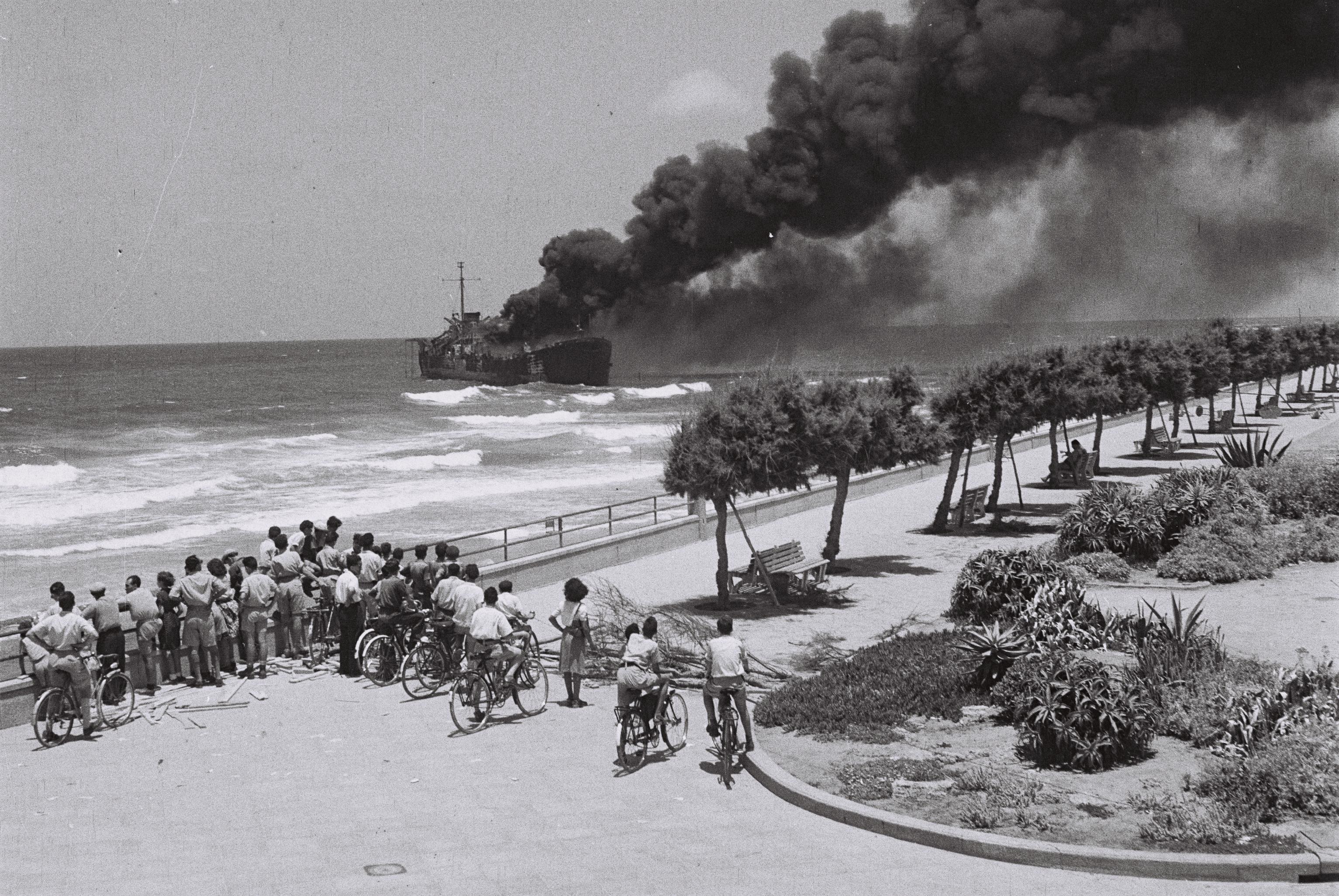 קובץ:Altalena off Tel-Aviv beach.jpg
